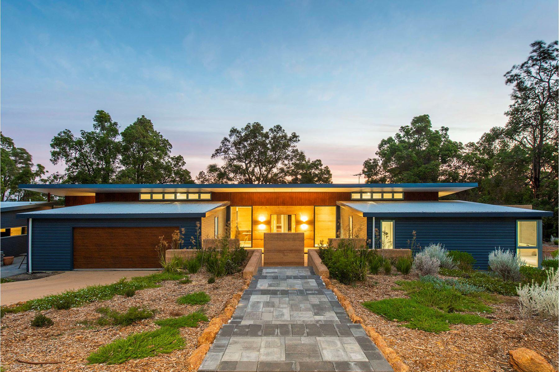 Single Family Homes 为 销售 在 Showcase Home in Picture Perfect Setting 64 Leworthy Loop Karragullen, Western Australia 6111 澳大利亚