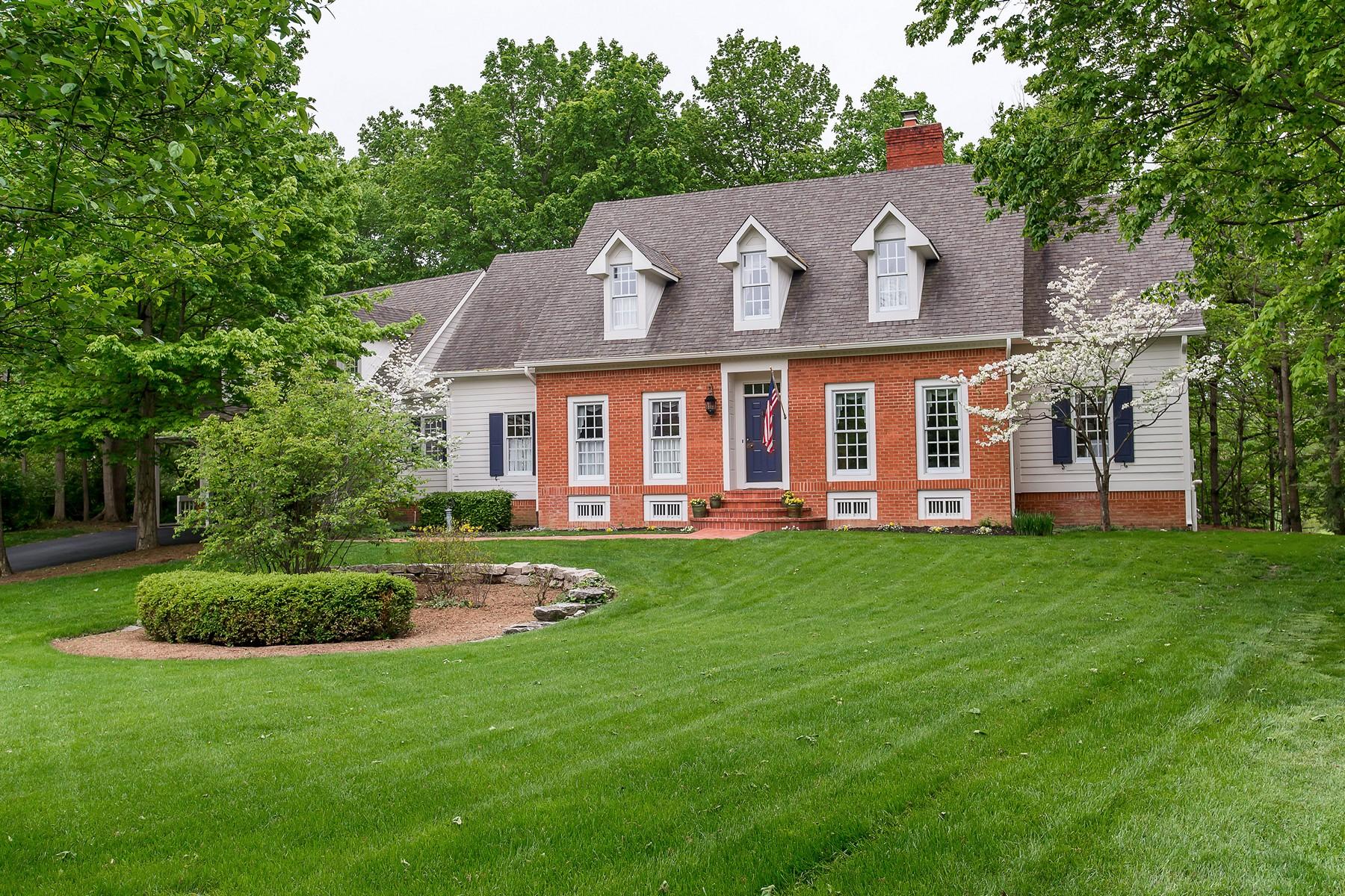 Casa Unifamiliar por un Venta en Classic Williamsburg on 1 Acre Waterfront Lot 8716 Bay Tree Court Indianapolis, Indiana, 46236 Estados Unidos