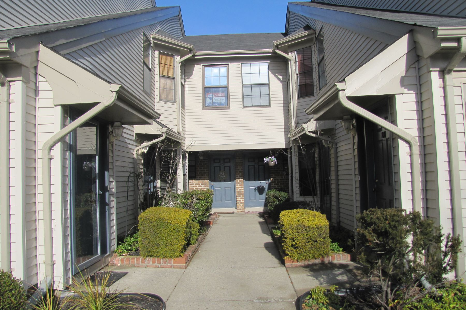 Condominio por un Venta en Clean, Comfortable, Convenient Living 1005 Harbour Club Drive #1005 Parlin, Nueva Jersey 08859 Estados Unidos