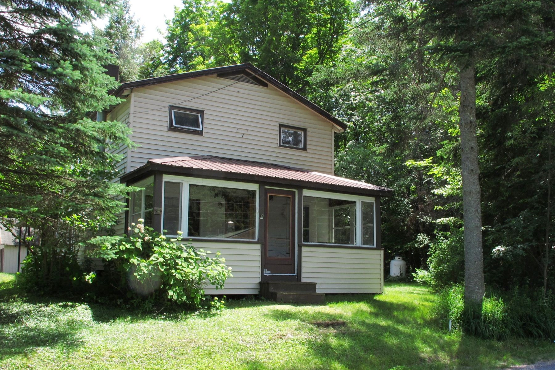 Maison unifamiliale pour l Vente à Year round home close to Seventh Lake 36 Seventh Lake Rd Inlet, New York 13360 États-Unis