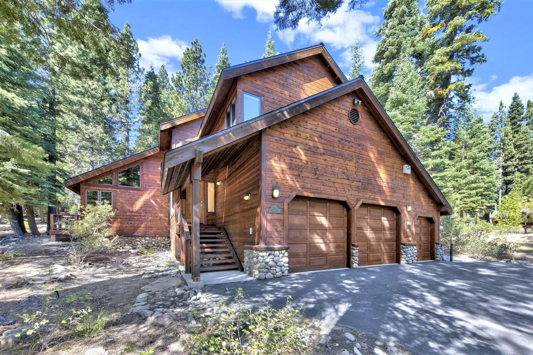 Single Family Homes 为 销售 在 Private Setting In Tahoe Donner 12320 Telemark Place 特拉基, 加利福尼亚州 96161 美国