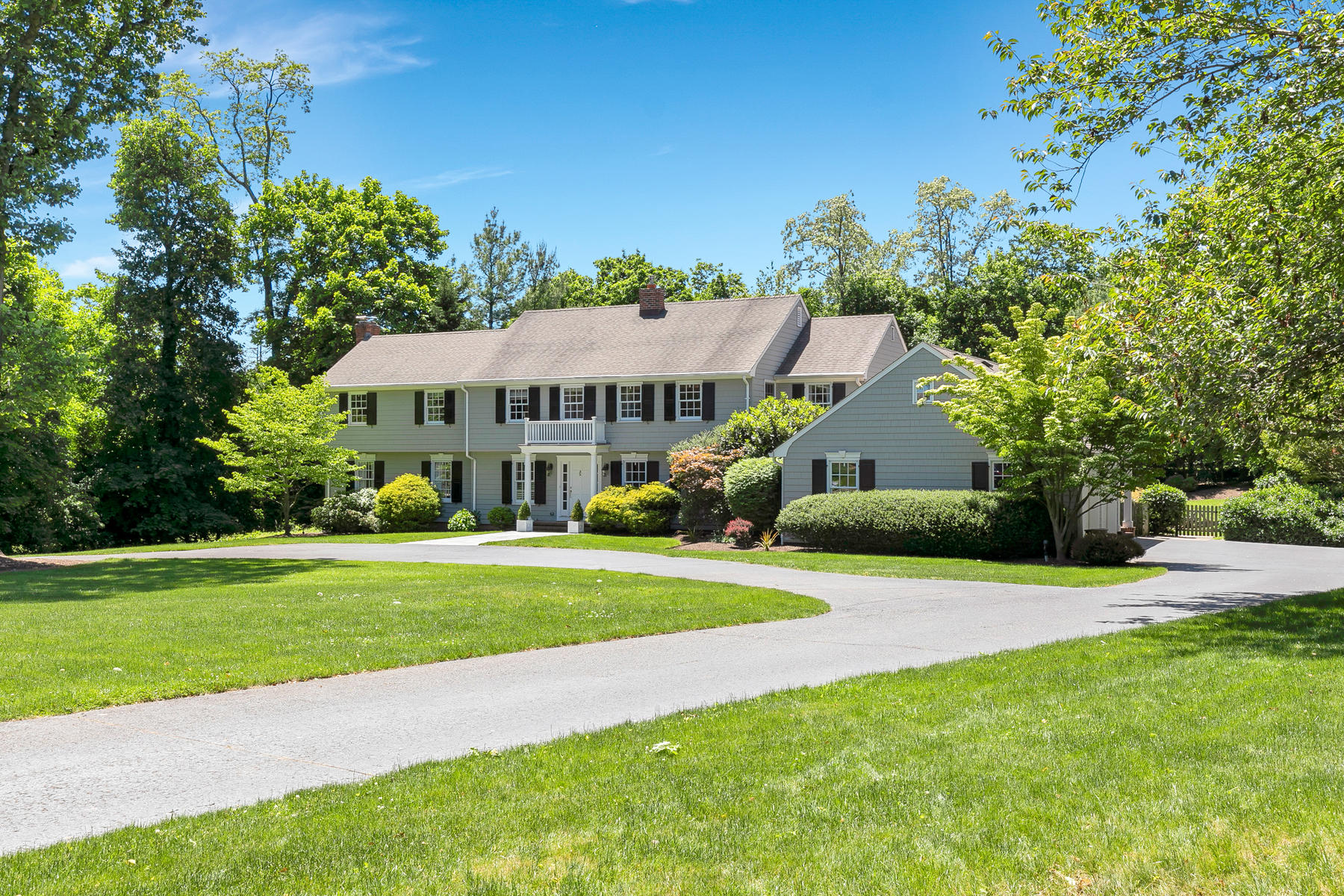 Single Family Homes 为 销售 在 Stunning Colonial 6 Azalea Lane, 拉姆森, 新泽西州 07760 美国