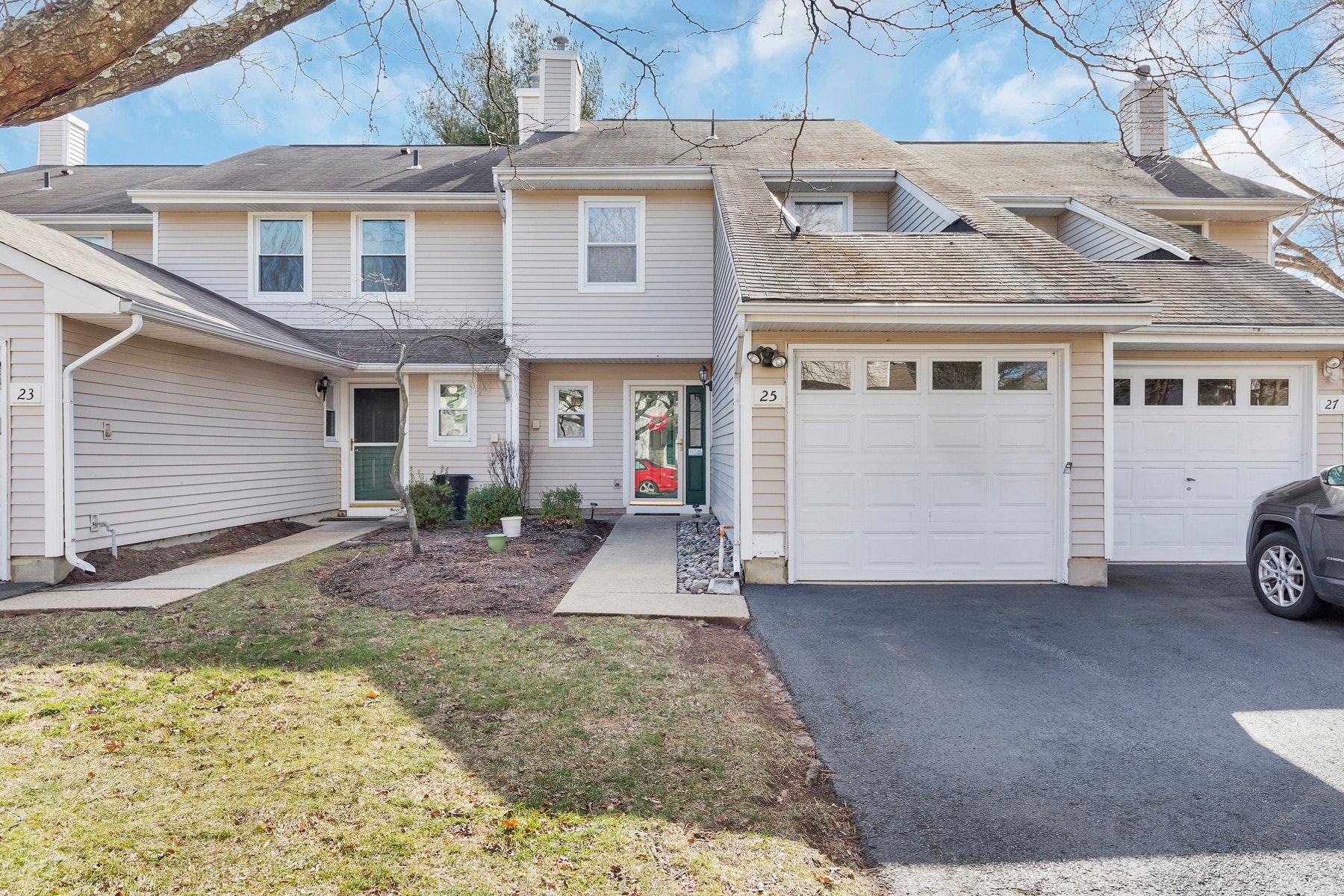 townhouses для того Продажа на Spacious Unit! 25 Woodmere Drive, Parlin, Нью-Джерси 08859 Соединенные Штаты