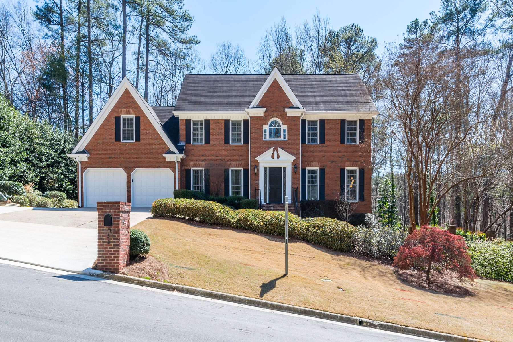 Casa para uma família para Venda às Traditional Home On Ideal Lot In Popular Swim/Tennis Community 958 Byrnwyck Road Atlanta, Geórgia, 30319 Estados Unidos