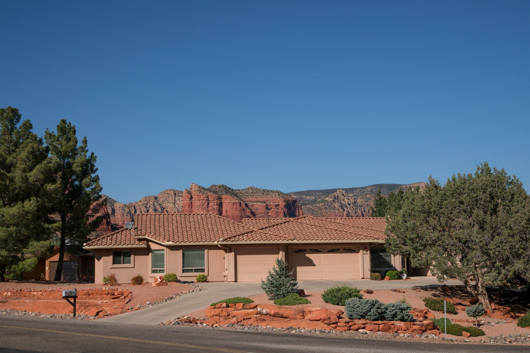 Casa Unifamiliar por un Venta en Lovely single level home with panoramic view 235 Deer Pass Drive Sedona, Arizona, 86351 Estados Unidos