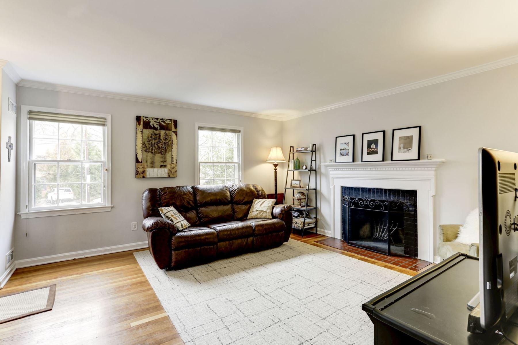 Частный односемейный дом для того Продажа на 3315 Idaho Ave Nw Cleveland Park, Washington, Округ Колумбия, 20016 Соединенные Штаты