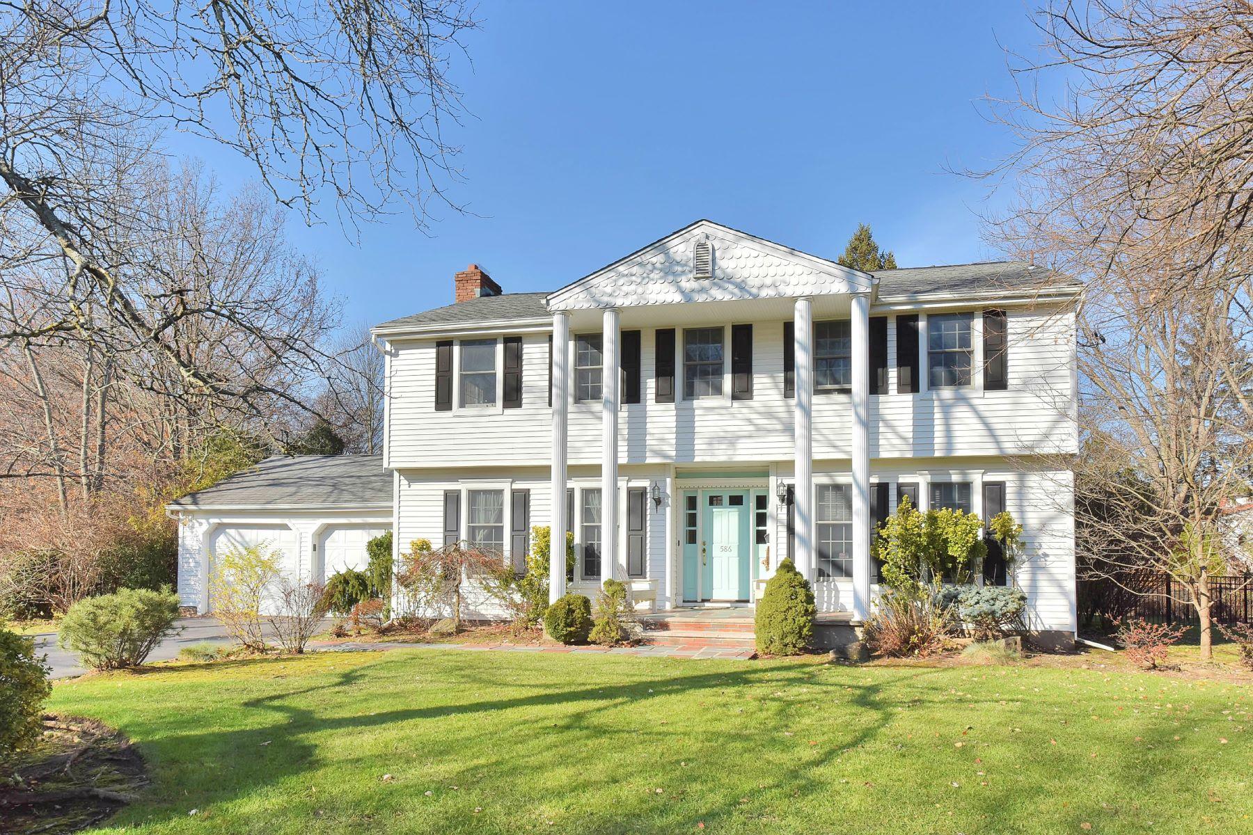 단독 가정 주택 용 매매 에 Bright & Beautiful Harrington Park Colonial! 586 Lynn Street Harrington Park, 뉴저지, 07640 미국