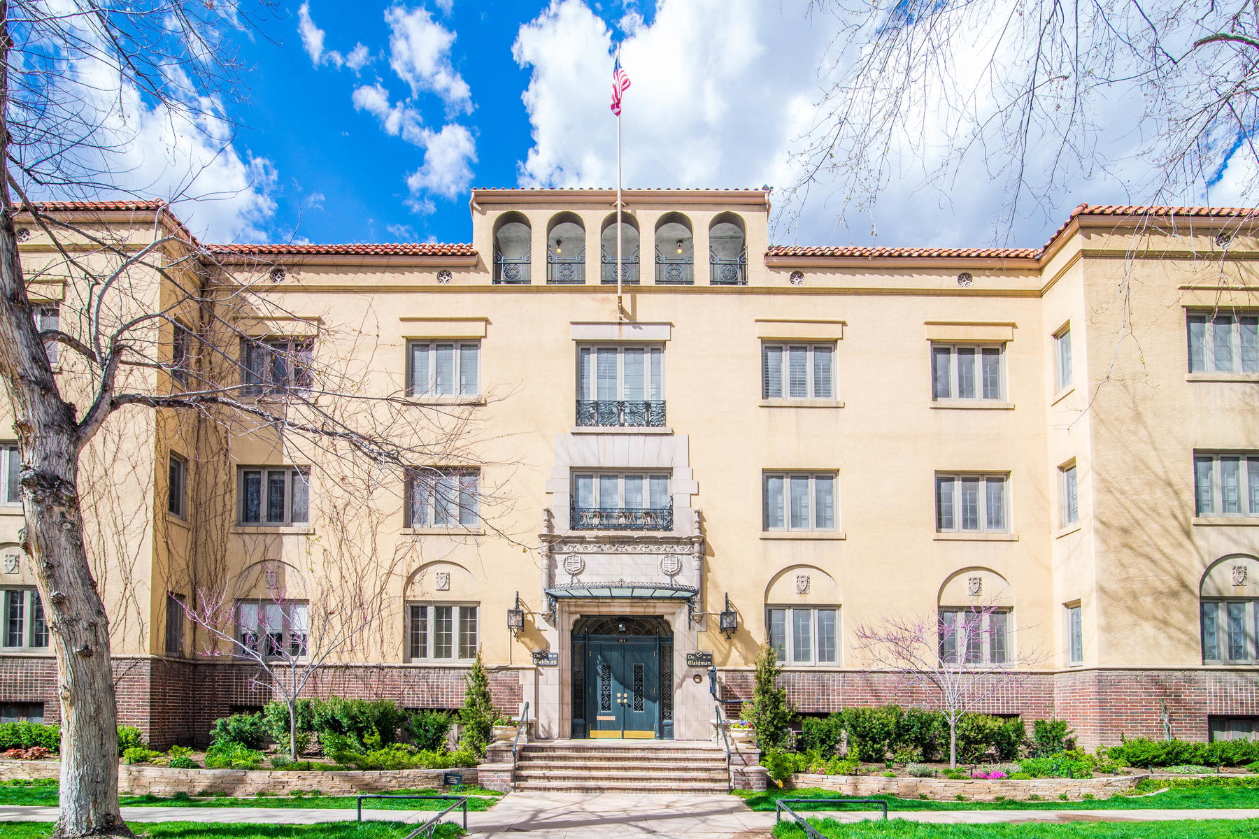 Property for Active at Lovely And Charming Top Floor Condo In The Historic Waldman On Cheesman Park 1515 E 9th Ave #315 Denver, Colorado 80218 United States