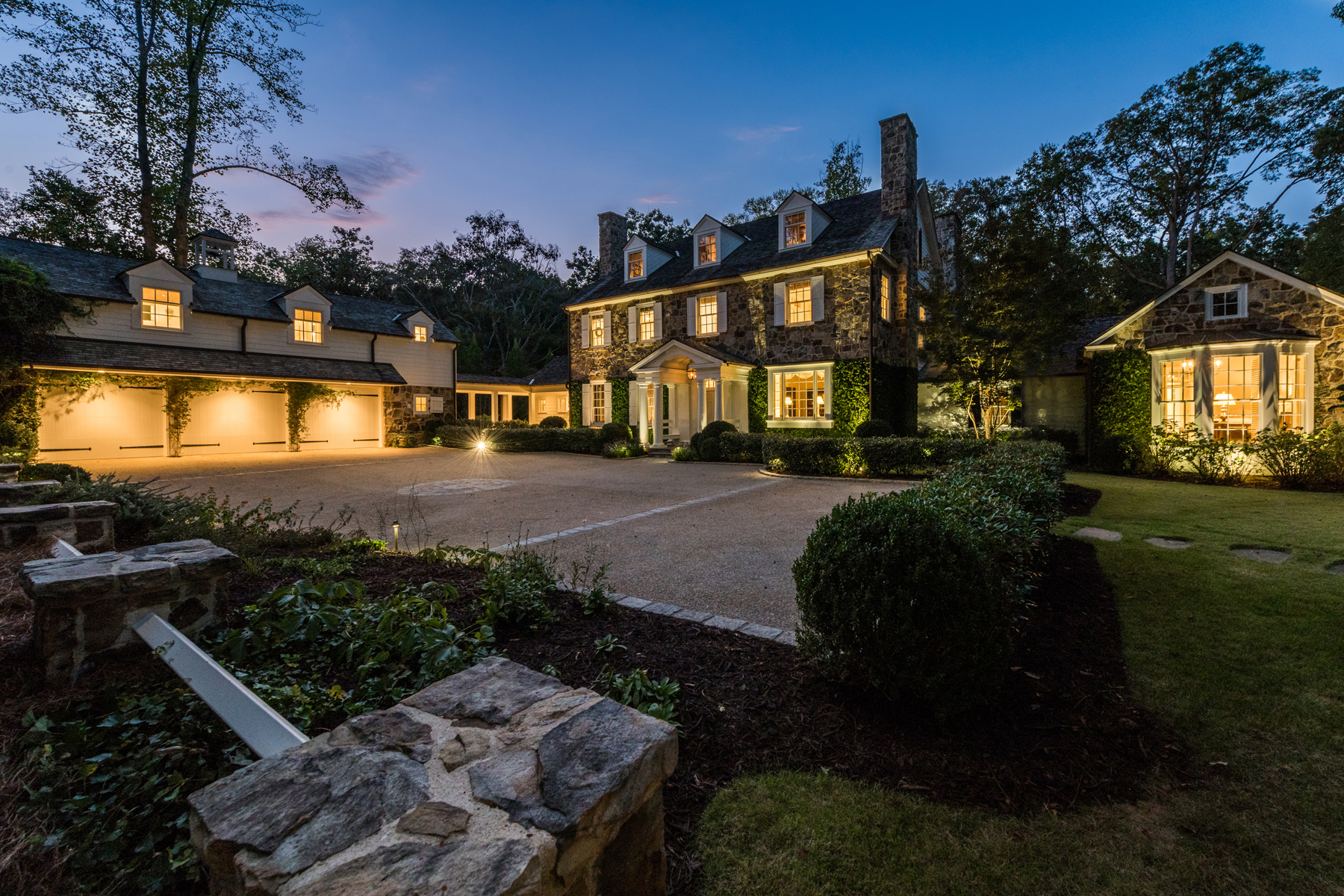 獨棟家庭住宅 為 出售 在 Stunning Estate On Private 2.3+/- Acres 1035 Nawench Drive NW Atlanta, 喬治亞州 30327 美國