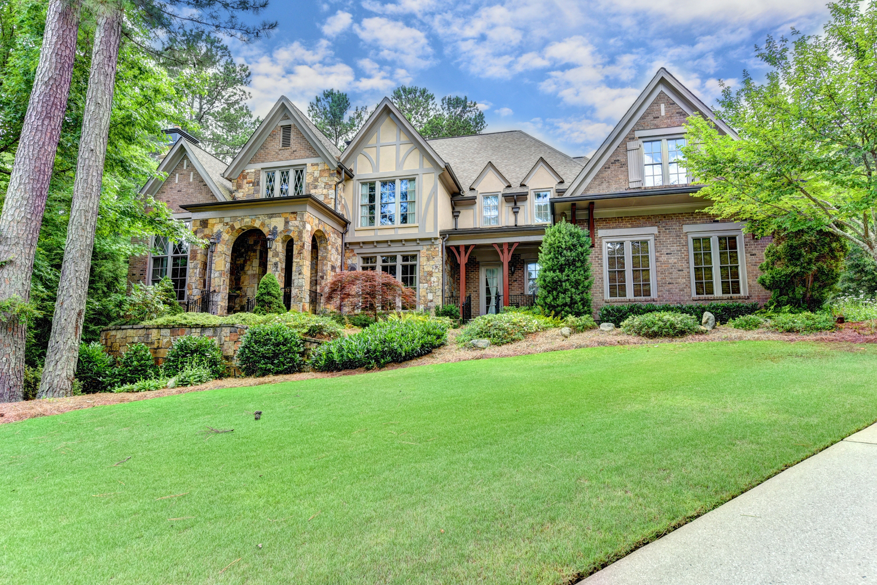 Single Family Homes por un Venta en Tudor Inspired European Estate Home 807 Blackfoot Trail, Suwanee, Georgia 30024 Estados Unidos