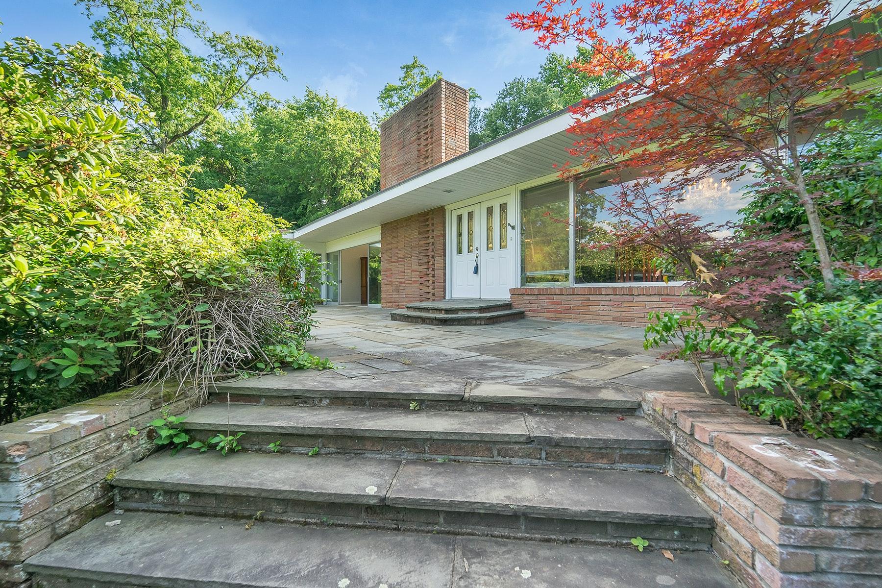 Single Family Homes 為 出售 在 Brick Ranch on 1.42 Acres 45 Strawtown Road, West Nyack, 纽约 10994 美國