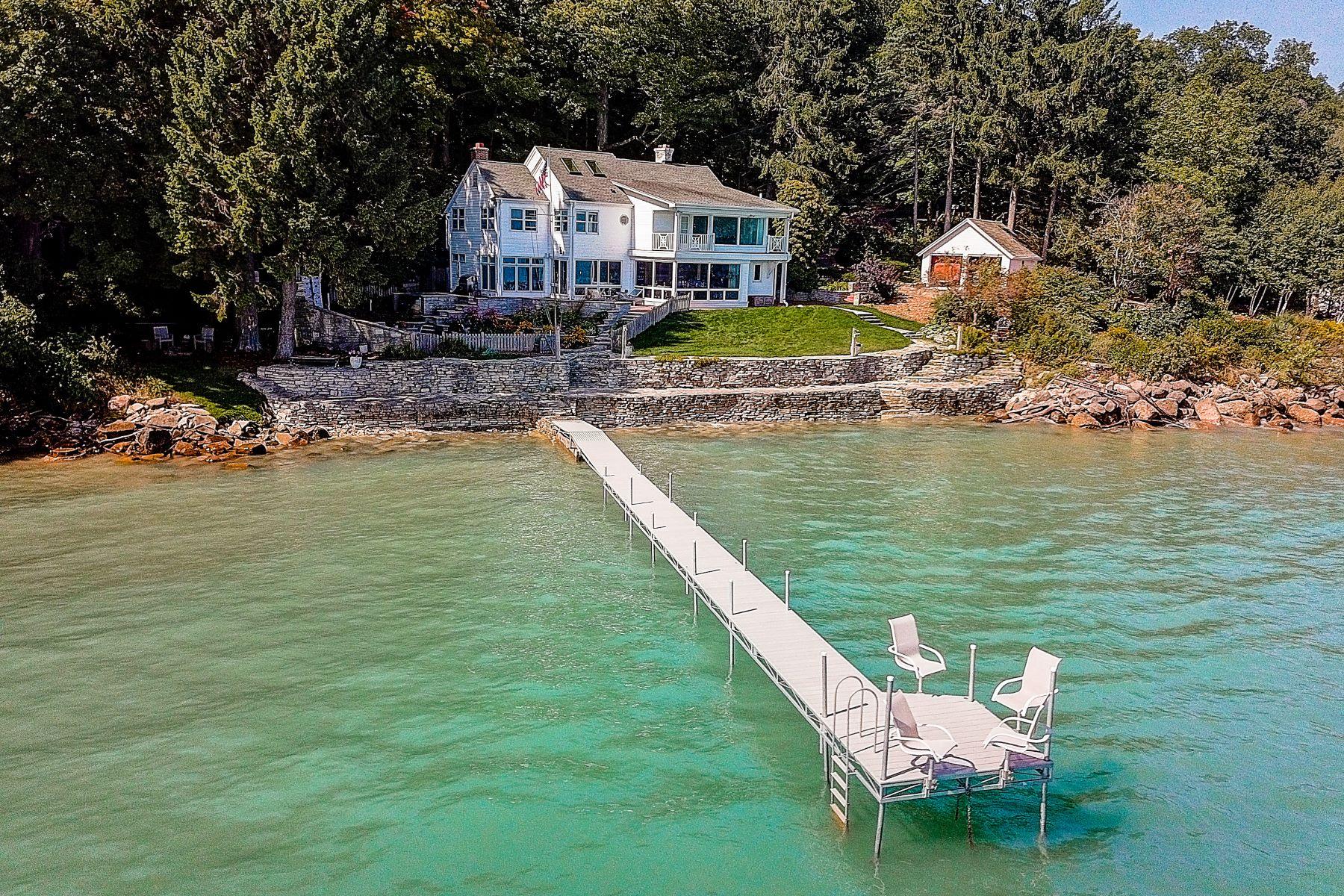 Single Family Homes 为 销售 在 Beach Drive Bliss 7000 N Beach Dr. Fox Point, 威斯康星州 53217 美国