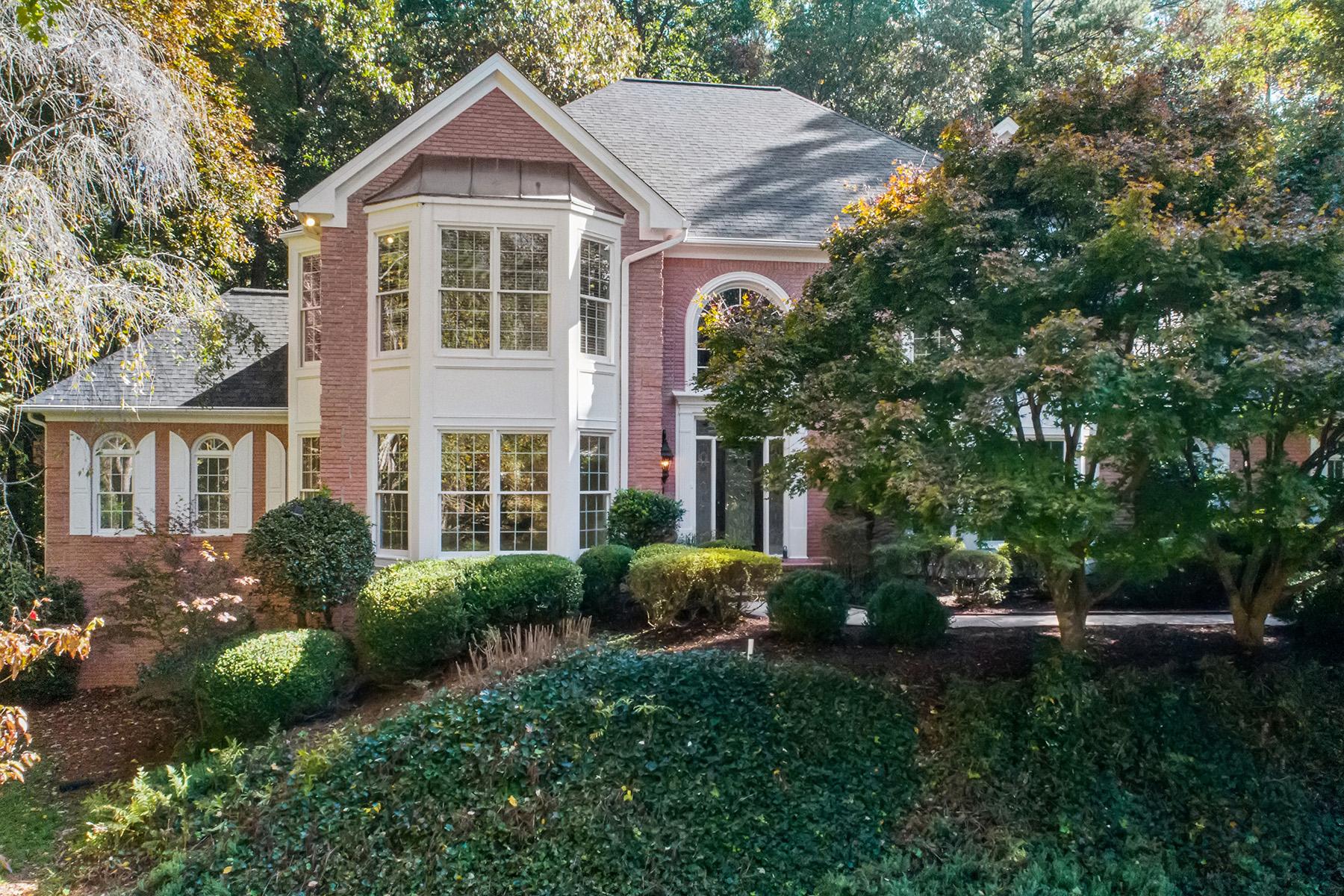 Property для того Продажа на Traditional Rivergate Home With Elegant Detail 7555 Bridgegate Court, Sandy Springs, Джорджия 30350 Соединенные Штаты