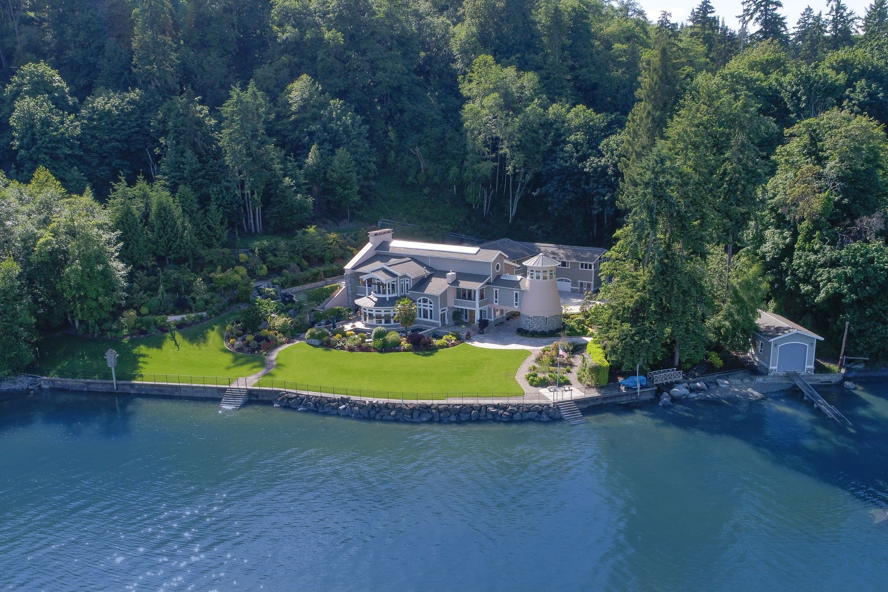 Casa Unifamiliar por un Venta en Private Palatial Waterfront 8415 SW Soper Road Vashon, Washington 98070 Estados Unidos