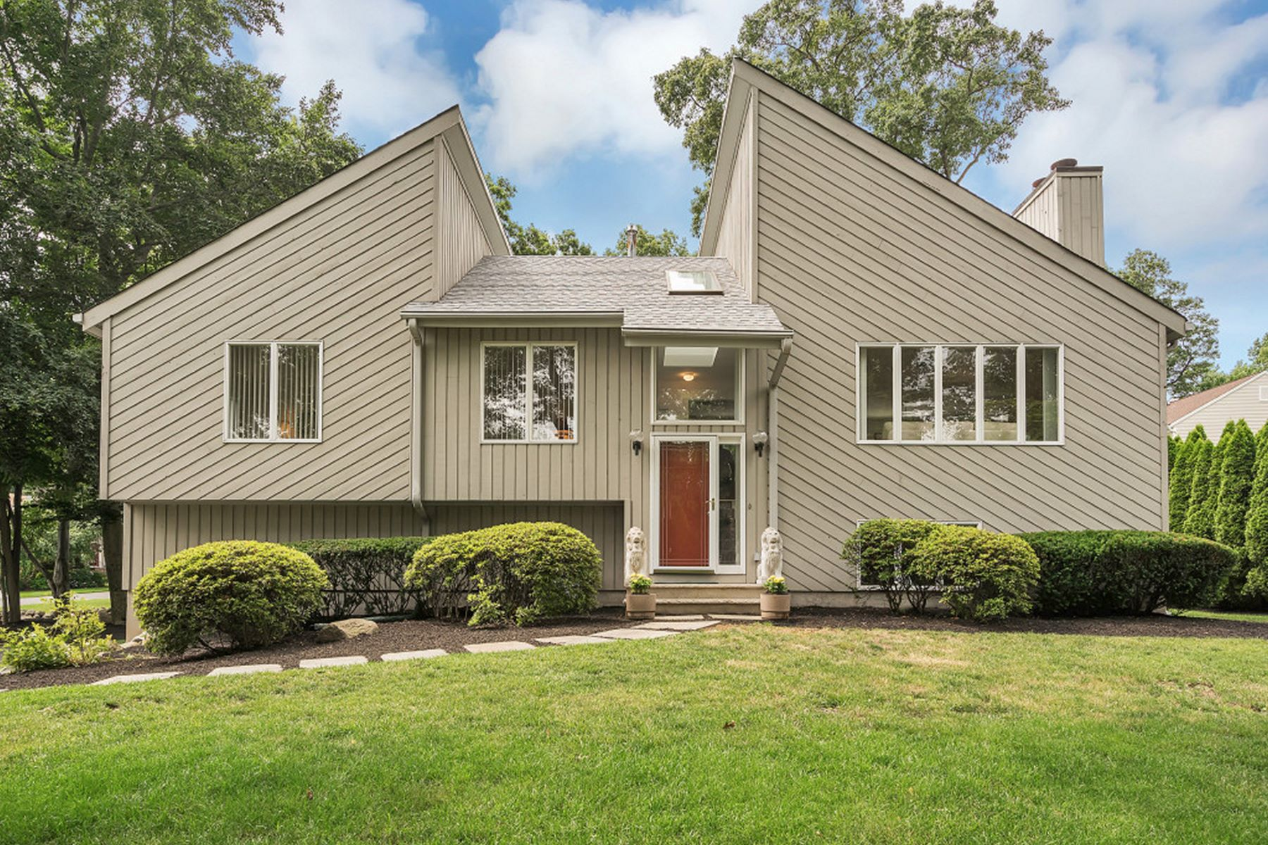 واحد منزل الأسرة للـ Sale في Pristine Contemporary Home On A Quiet No Through Street. 79 Yale Avenue, Wyckoff, New Jersey, 07481 United States