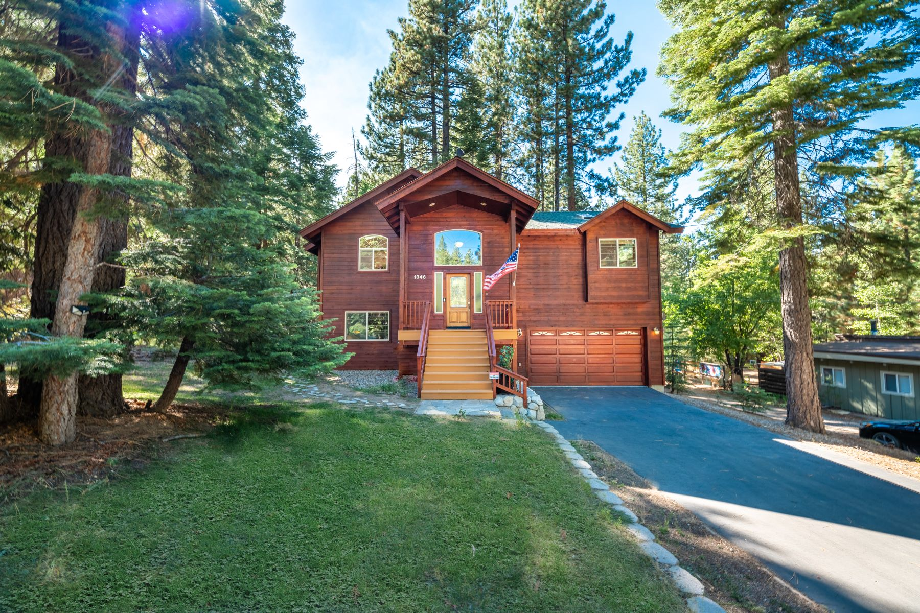 Single Family Homes 为 销售 在 Beautiful Secluded Mountain Home 1346 Bonanza Avenue 南太浩湖, 加利福尼亚州 96150 美国
