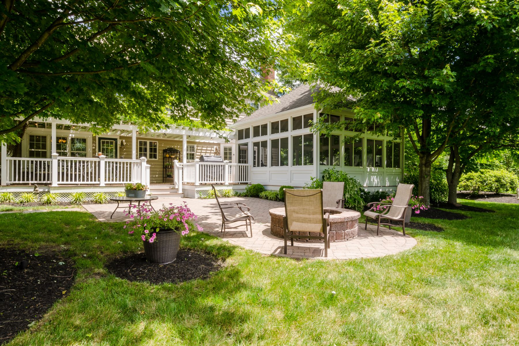 Additional photo for property listing at Regal Colonial with Beautiful Backyard Views 23 Parkview Road, Cranbury, New Jersey 08512 Vereinigte Staaten