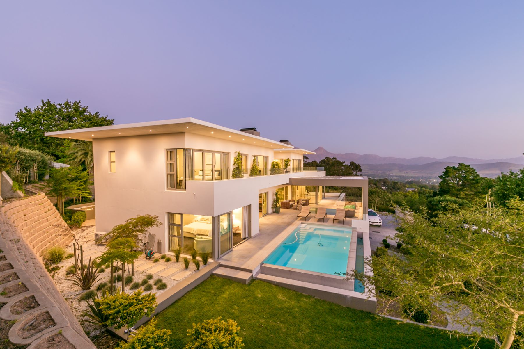 Single Family Homes por un Venta en Brand New Masterpiece Set High Up in Tranquil Setting Somerset West, Provincia Occidental Del Cabo Sudáfrica