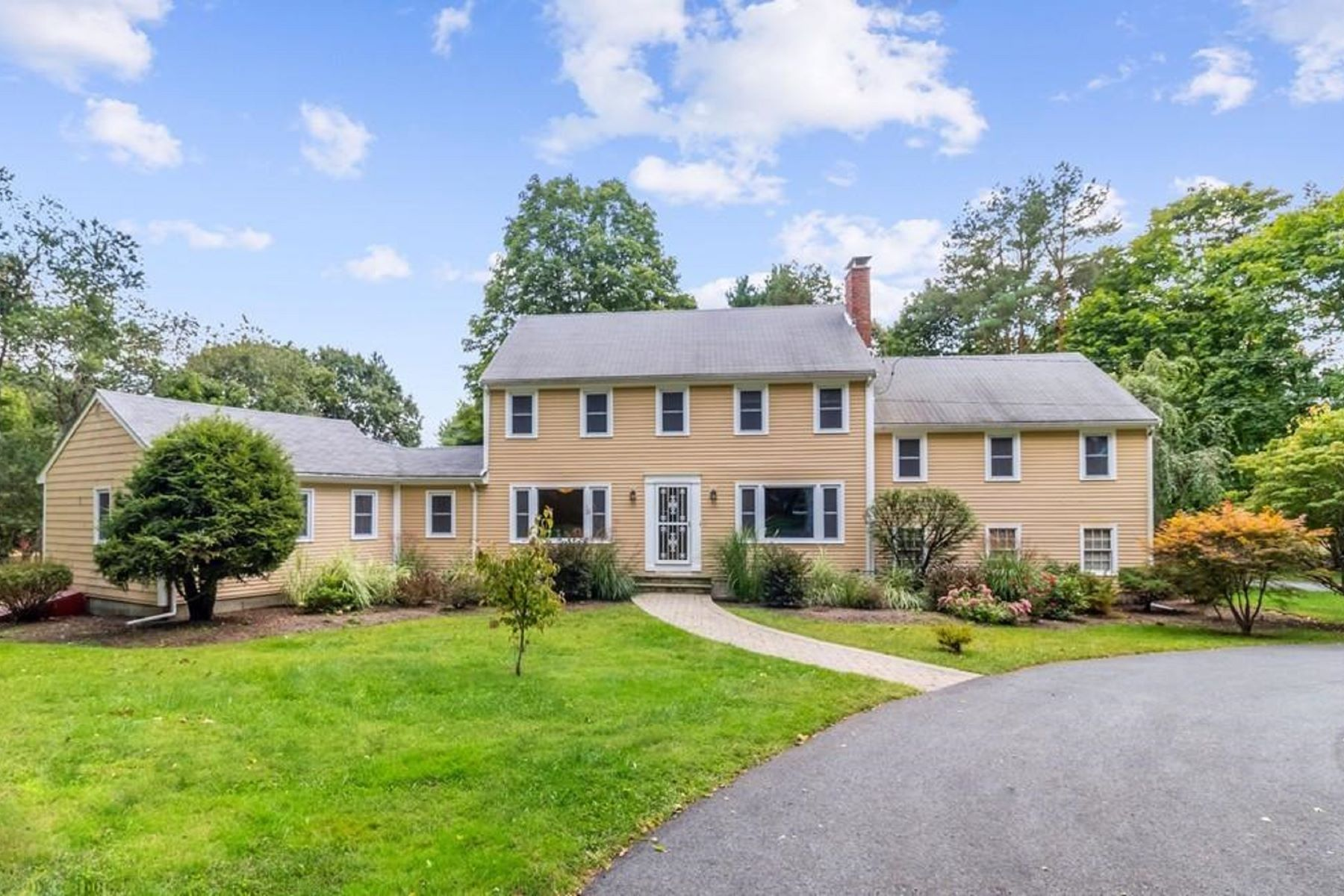 Apartments for Sale at 11 Kings Grant Road 11 Weston, Massachusetts 02493 United States