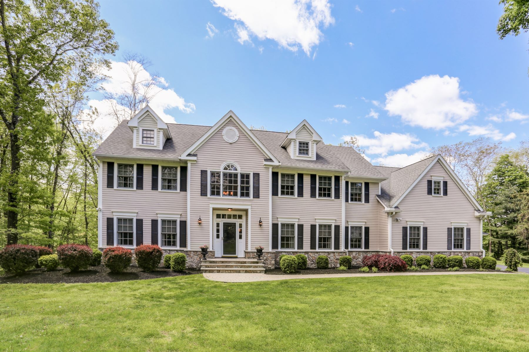 Single Family Homes for Active at Meticulously maintained Colonial home 2 Farmhouse Lane Mendham Borough, New Jersey 07945 United States