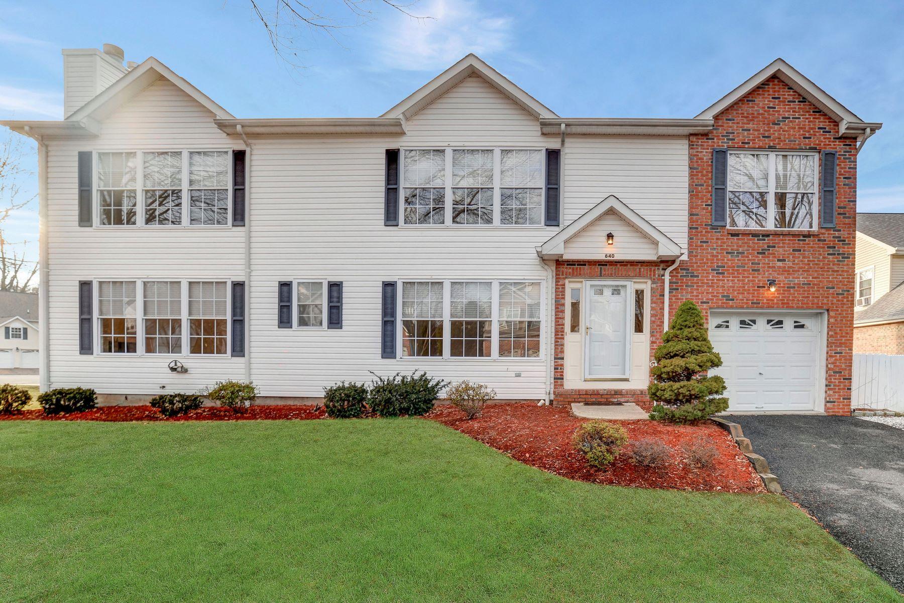 Maison unifamiliale pour l Vente à Spacious Colonial on Cul-De-Sac 640 Seagull Dr Paramus, New Jersey 07652 États-Unis