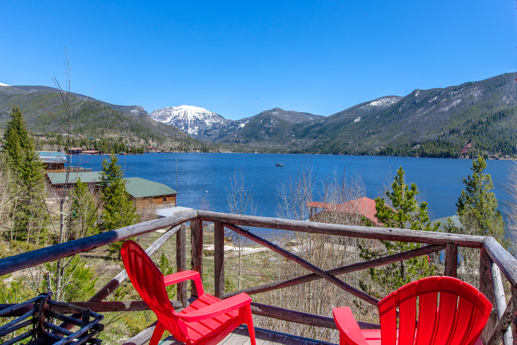 Casa Unifamiliar por un Venta en Perched above Grand Lake, this custom lakefront home is exceptional in style. 530 Cairns Ave Grand Lake, Colorado 80447 Estados Unidos