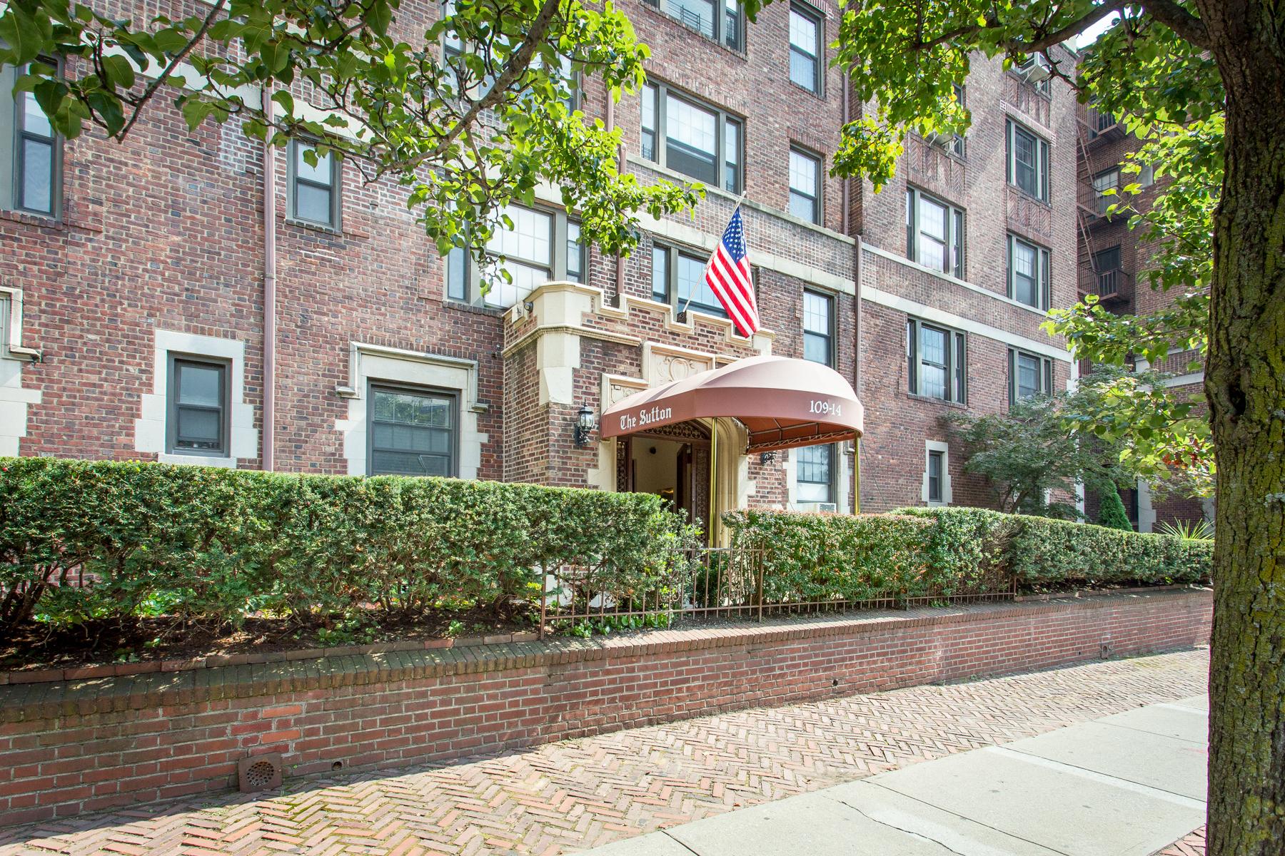 """Co-op Properties por un Venta en """"GRAND SIZED ONE BEDROOM IN WELL LOCATED PRE-WAR BUILDING"""" 109-14 Ascan Avenue, #5D, Forest Hills, Queens, Nueva York 11375 Estados Unidos"""