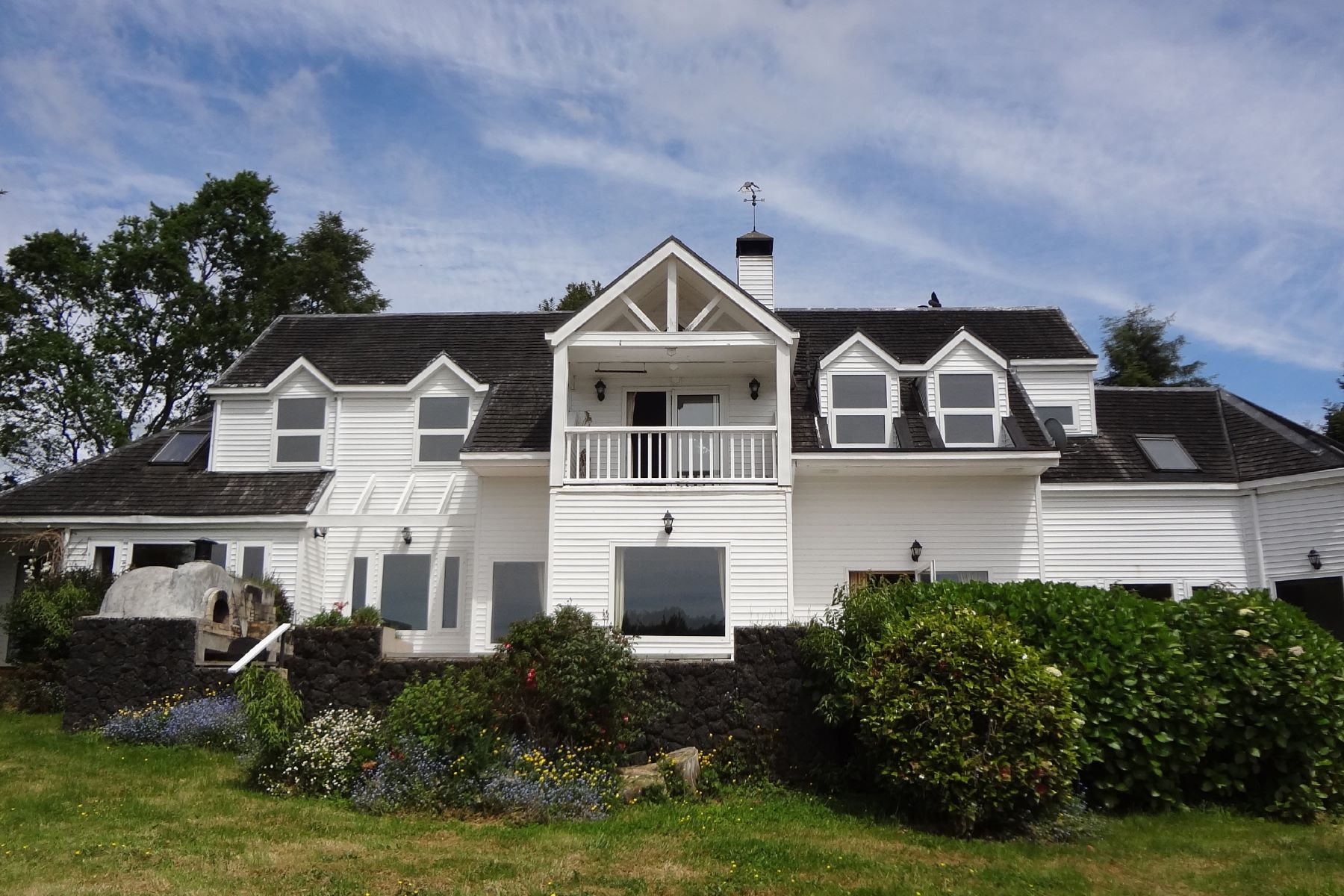 Single Family Homes por un Venta en Astonishing House with Big Marvelous Trees in Private Condo Puerto Montt, Los Lagos Chile