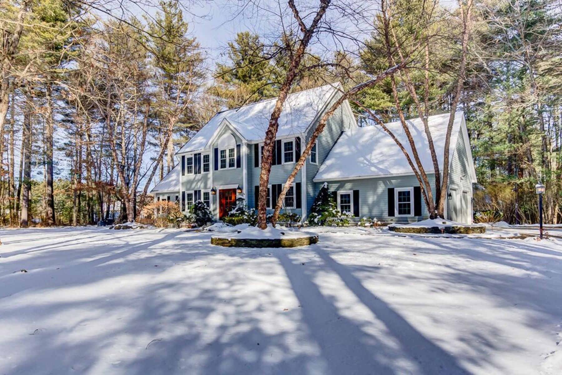 واحد منزل الأسرة للـ Sale في Gorgeous Colonial near Goss Pond 6 Green Lane Upton, Massachusetts 01568 United States