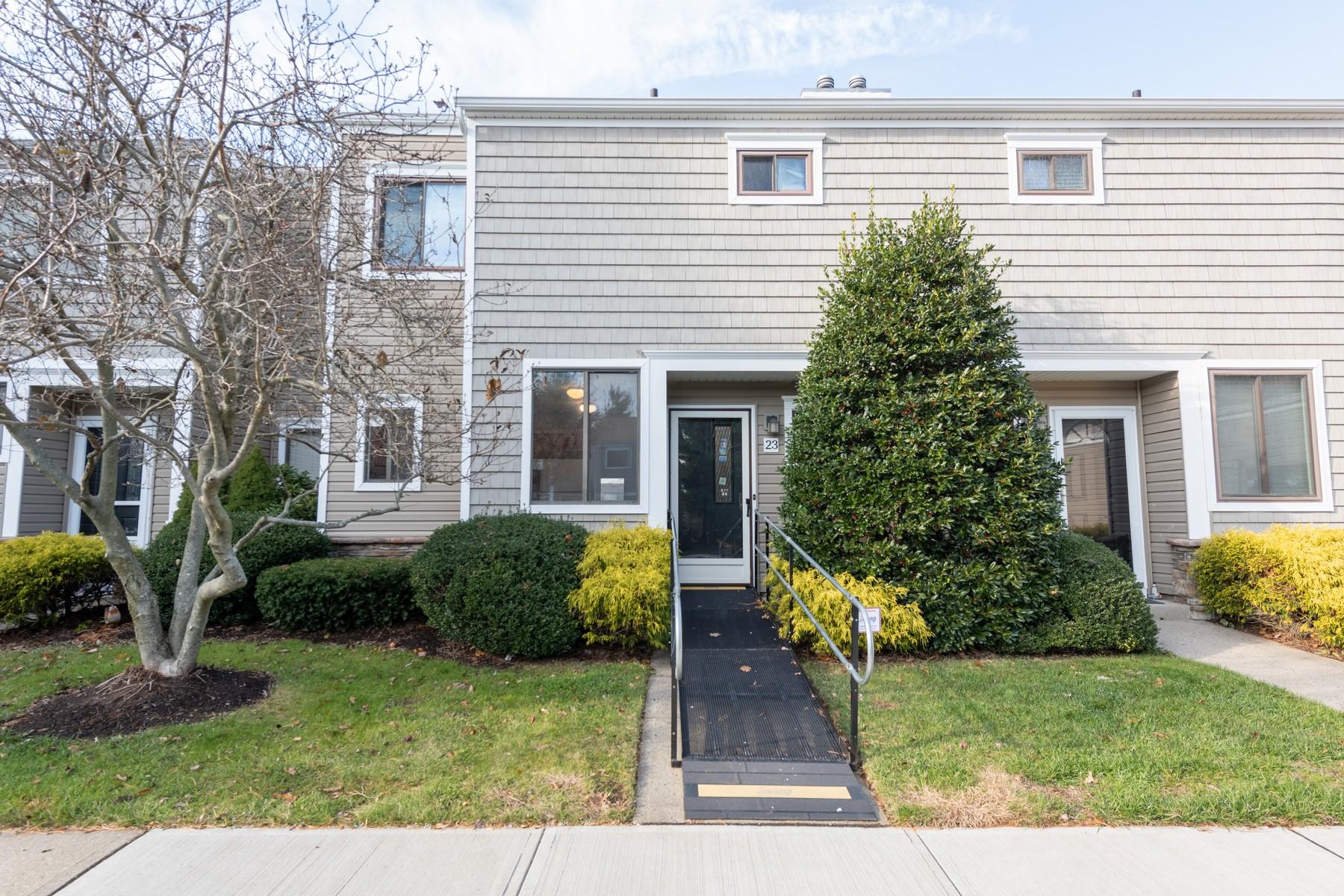 Condominiums pour l Vente à 23 Iris Court, Tinton Falls Tinton Falls, New Jersey 07724 États-Unis