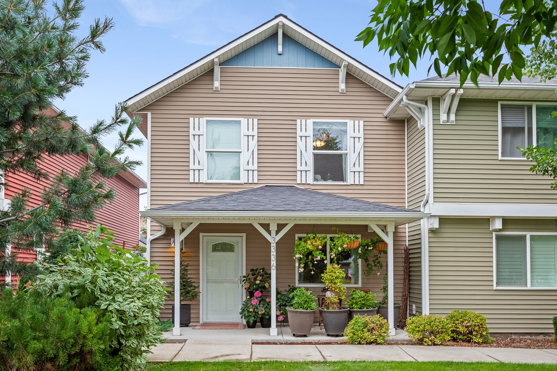 Single Family Homes للـ Sale في Tastefully Remodeled Town Home! 3336 E Lashawn Ct, Post Falls, Idaho 83854 United States