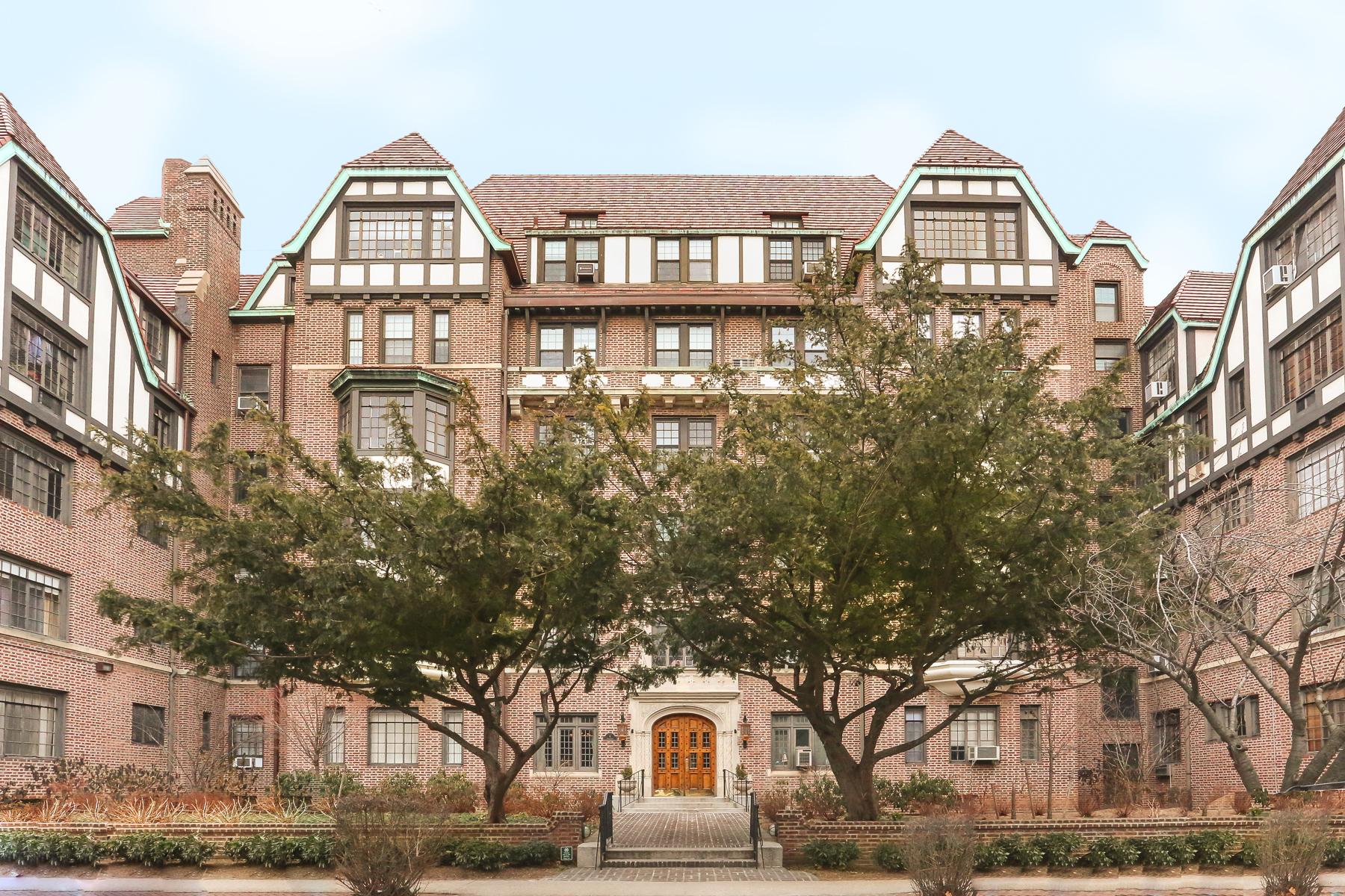 """Co-op Properties por un Venta en """"OUTSTANDING LOCATION, LUXURIOUS RENOVATION"""" 4 Dartmouth Street, #510, Forest Hills Gardens, Queens, Nueva York 11375 Estados Unidos"""