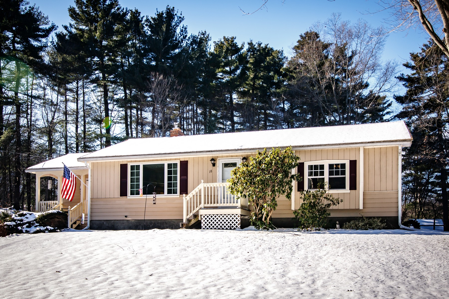 Single Family Homes 为 销售 在 Cheerful Ranch 18 Ivy Lane 诺斯布里奇, 马萨诸塞州 01588 美国