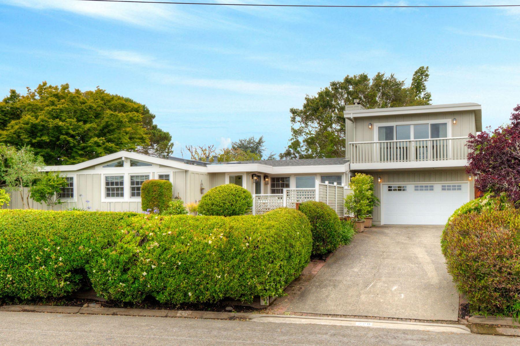Частный односемейный дом для того Продажа на Strawberry Cape Cod with San Francisco Views! 220 Reed Blvd Mill Valley, Калифорния 94941 Соединенные Штаты