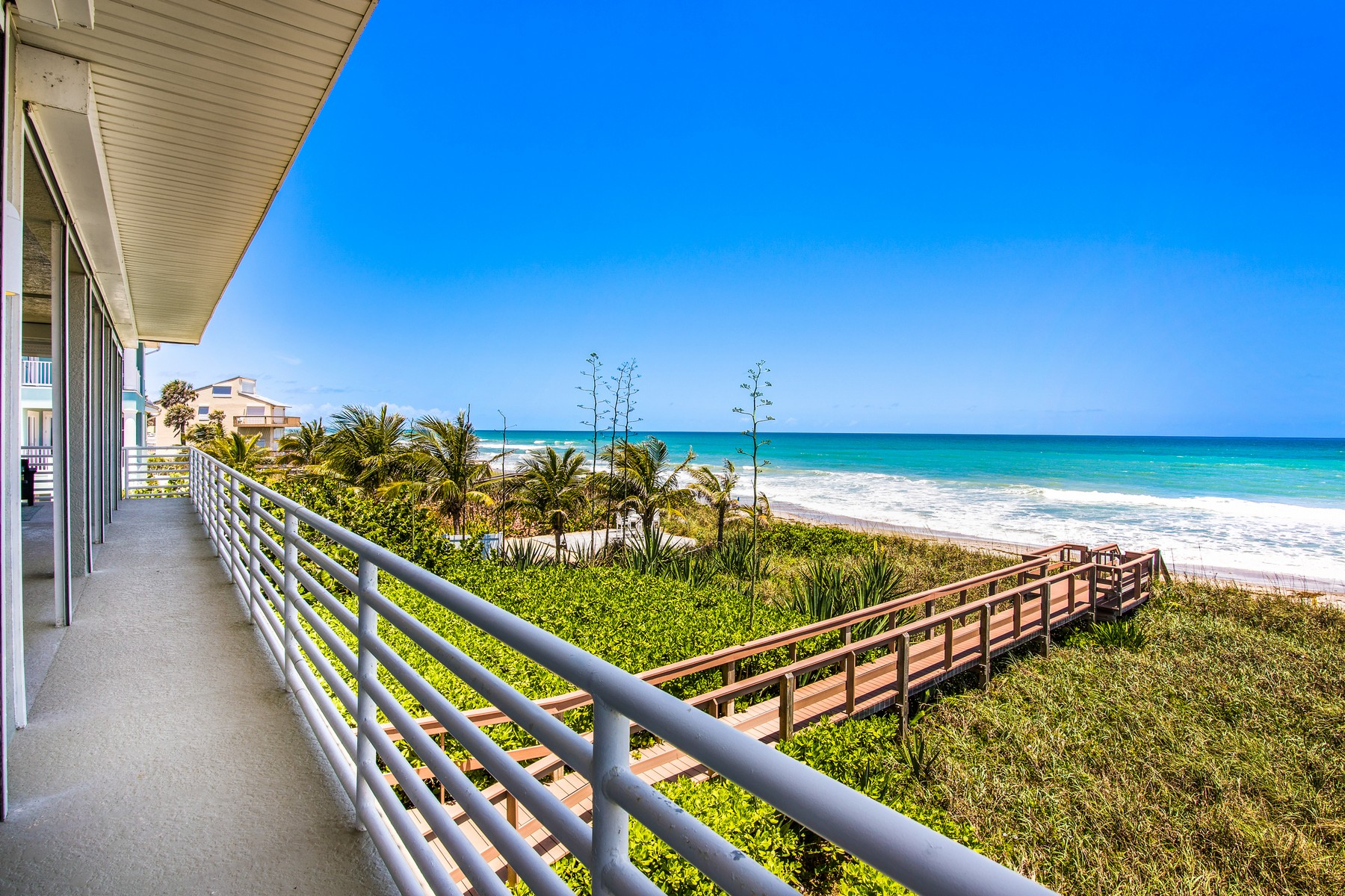 Additional photo for property listing at Modern Oceanfront Beauty 2775 S Highway A1A Melbourne Beach, Florida 32951 United States