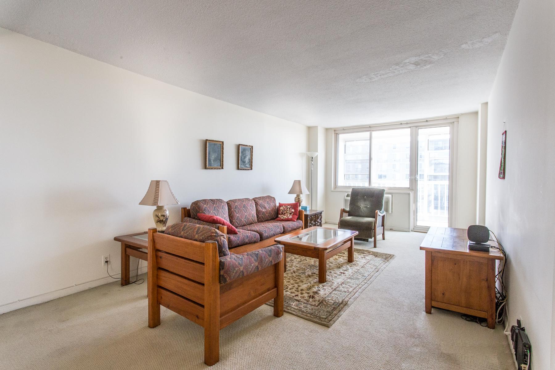 """Co-op Properties por un Venta en """"GARDENS OVERLOOK WITH ENCLOSED BALCONY"""" 118-17 Union Turnpike, #18G, Forest Hills, Queens, Nueva York 11375 Estados Unidos"""