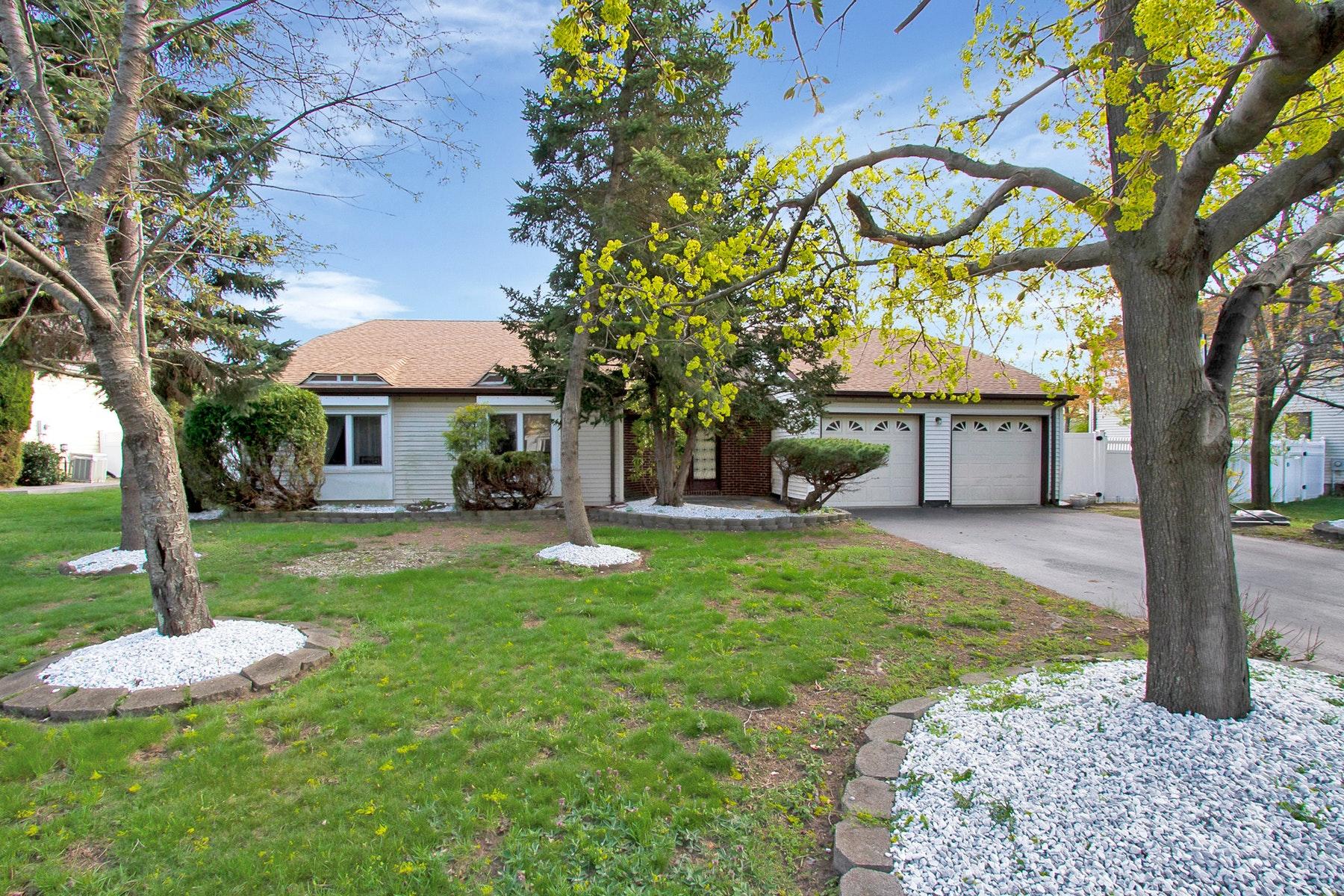 Maison unifamiliale pour l Vente à Charming Ranch in Desirable Meadowood Estates 20 Hawthorne Avenue, Holmdel, New Jersey 07733 États-Unis