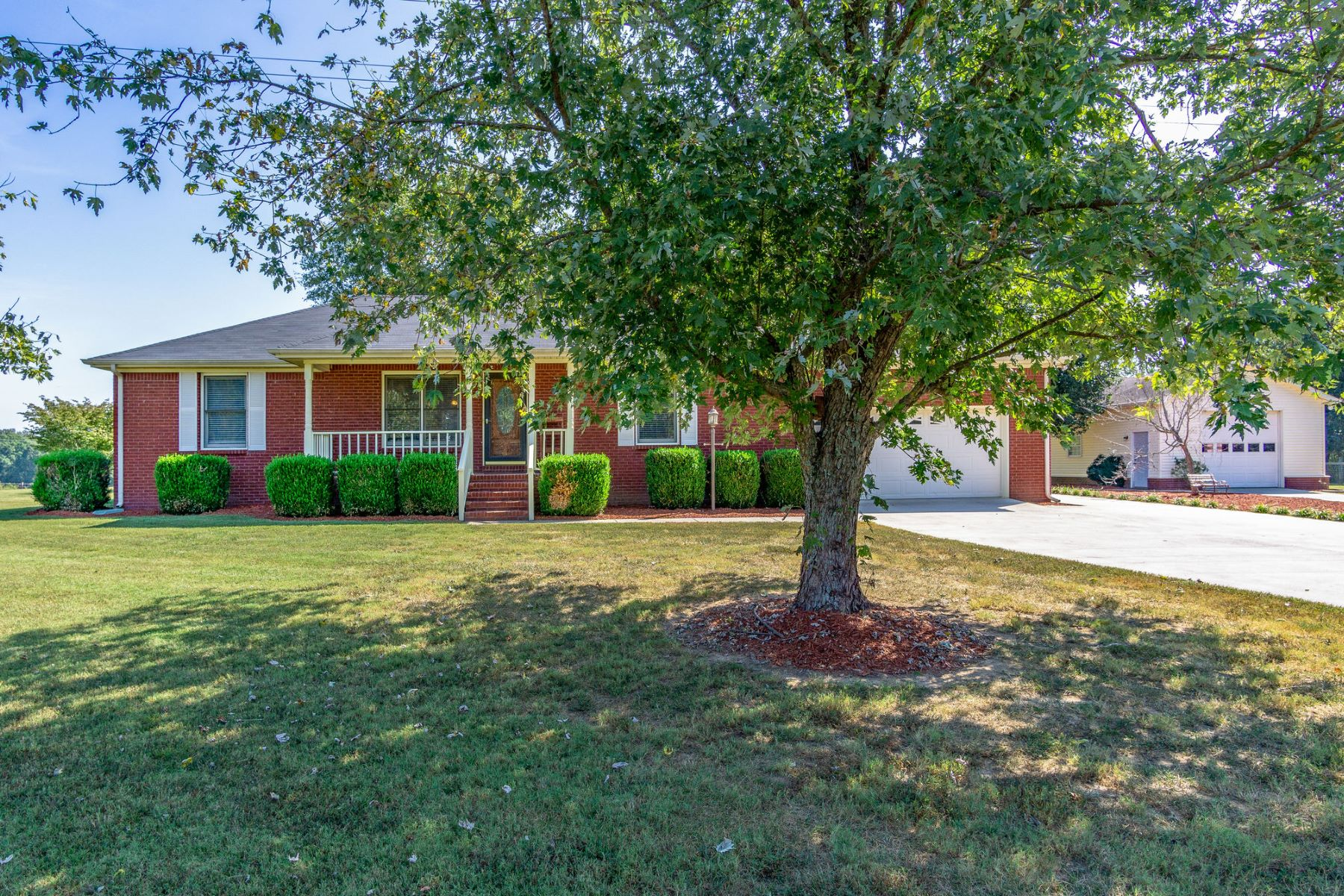 Single Family Homes pour l Vente à Charming Howard Fitch Road Home 105 North Howard Fitch Road Kelso, Tennessee 37348 États-Unis