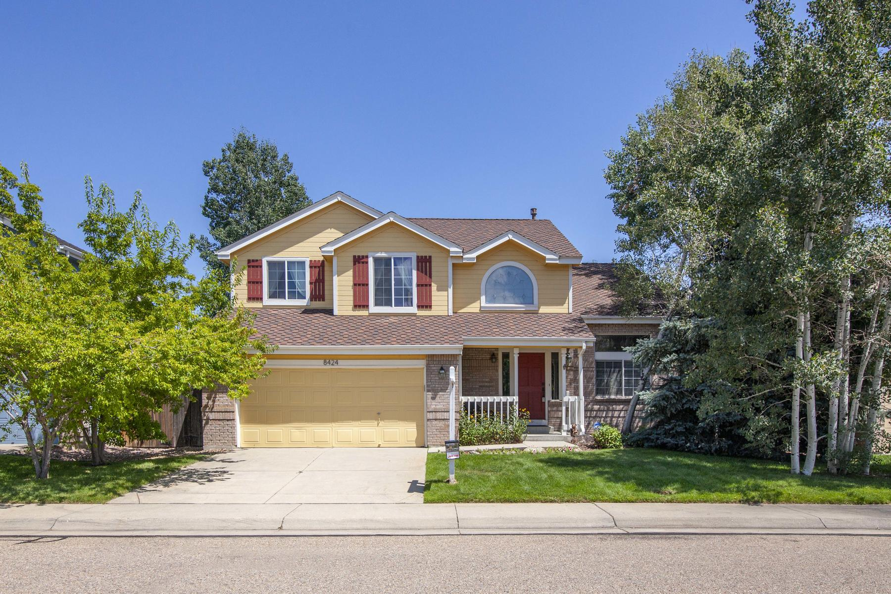 Single Family Homes 용 매매 에 Welcome Home to this Amazing 4 Bed/3 Bath Gem in the Highly Sought After Arvada 8424 Oak Way, Arvada, 콜로라도 80005 미국