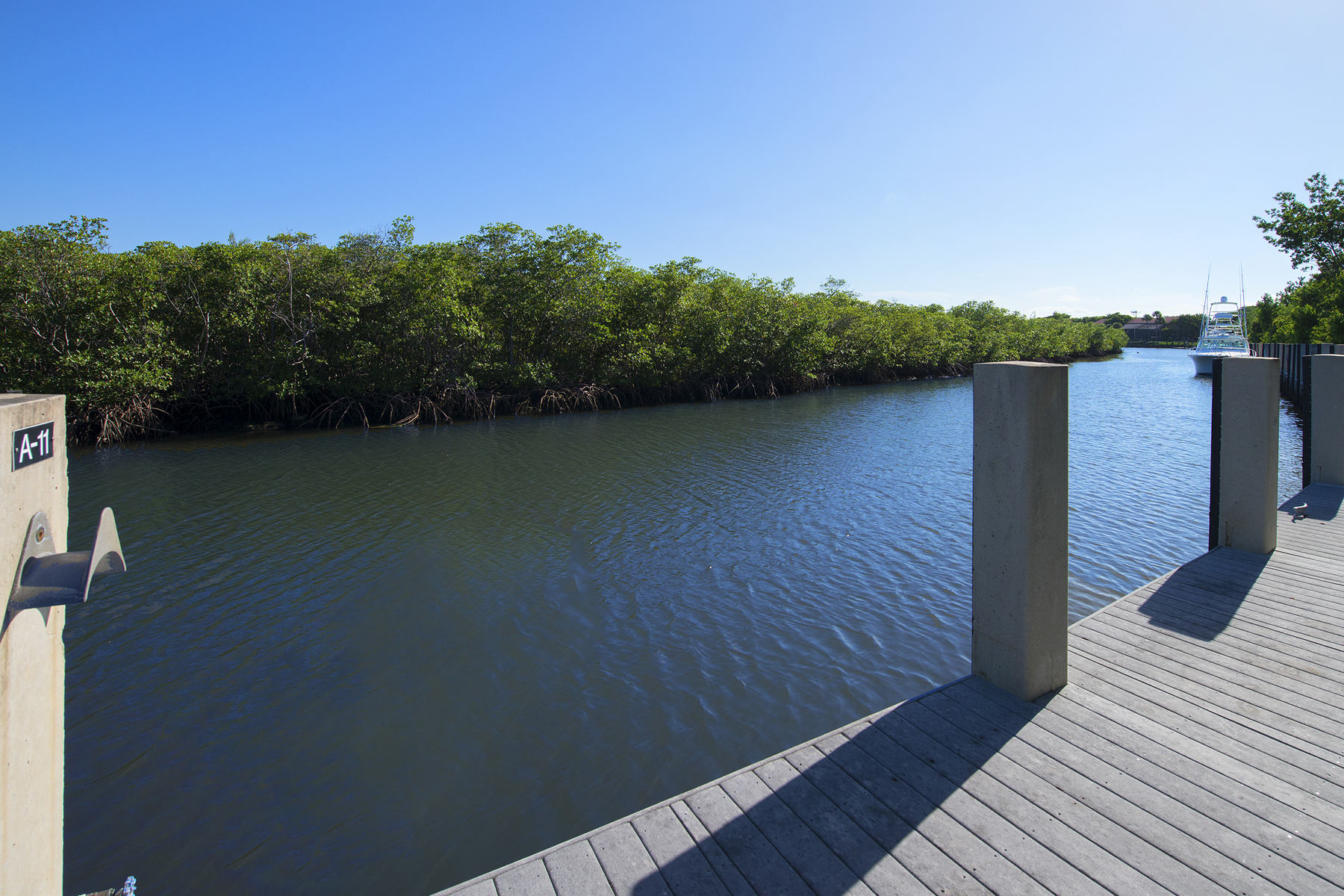 Additional photo for property listing at Prime Dockage Location at Ocean Reef 11 Gate House Road, Dock AS-11 Key Largo, Florida 33037 États-Unis