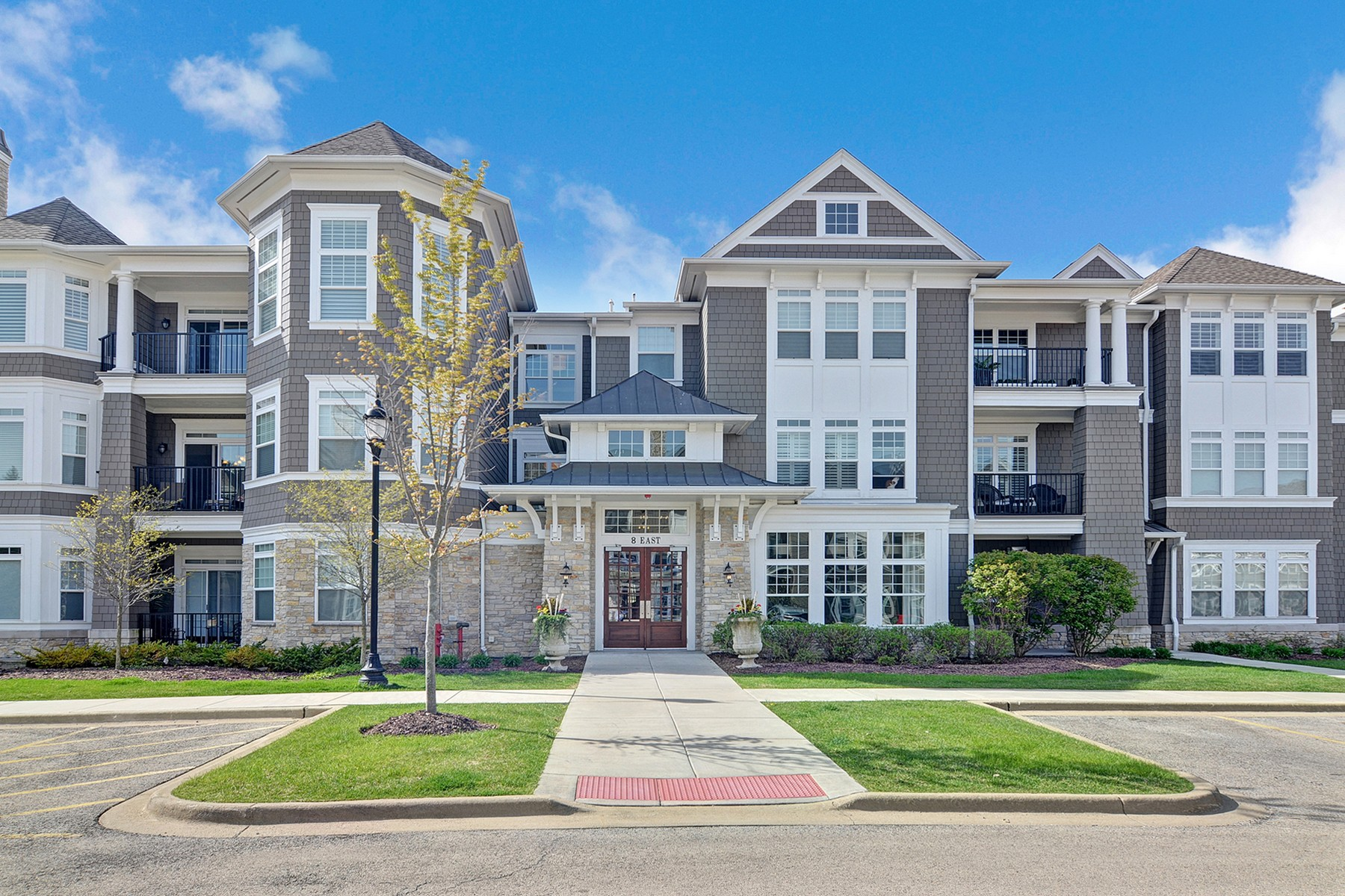 Appartement en copropriété pour l Vente à 8 E. Kennedy Lane 8 E. Kennedy Lane Unit 307 Hinsdale, Illinois, 60521 États-Unis