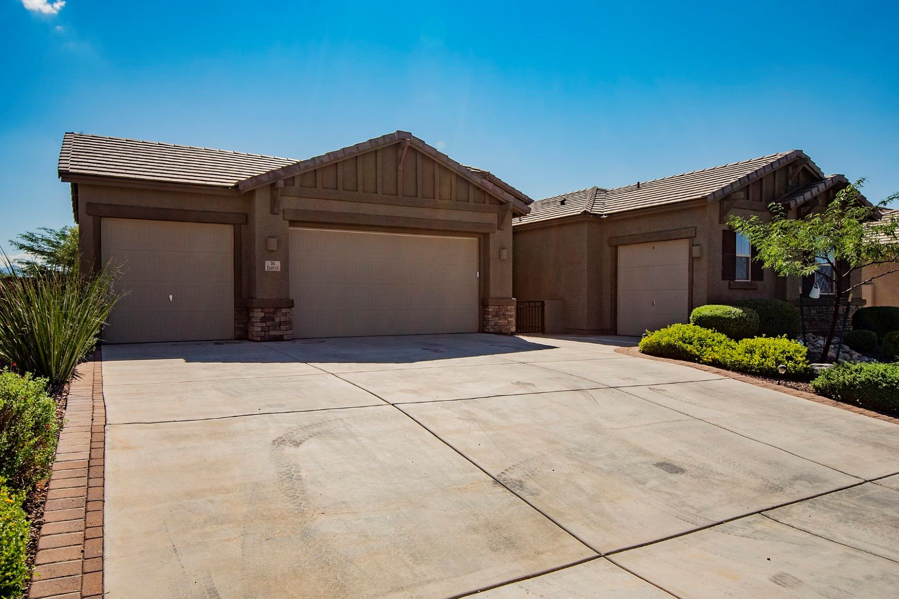 Single Family Homes 为 销售 在 Absolutely Gorgeous Former Model Home 16938 Eva Way 威尔, 亚利桑那州 85641 美国