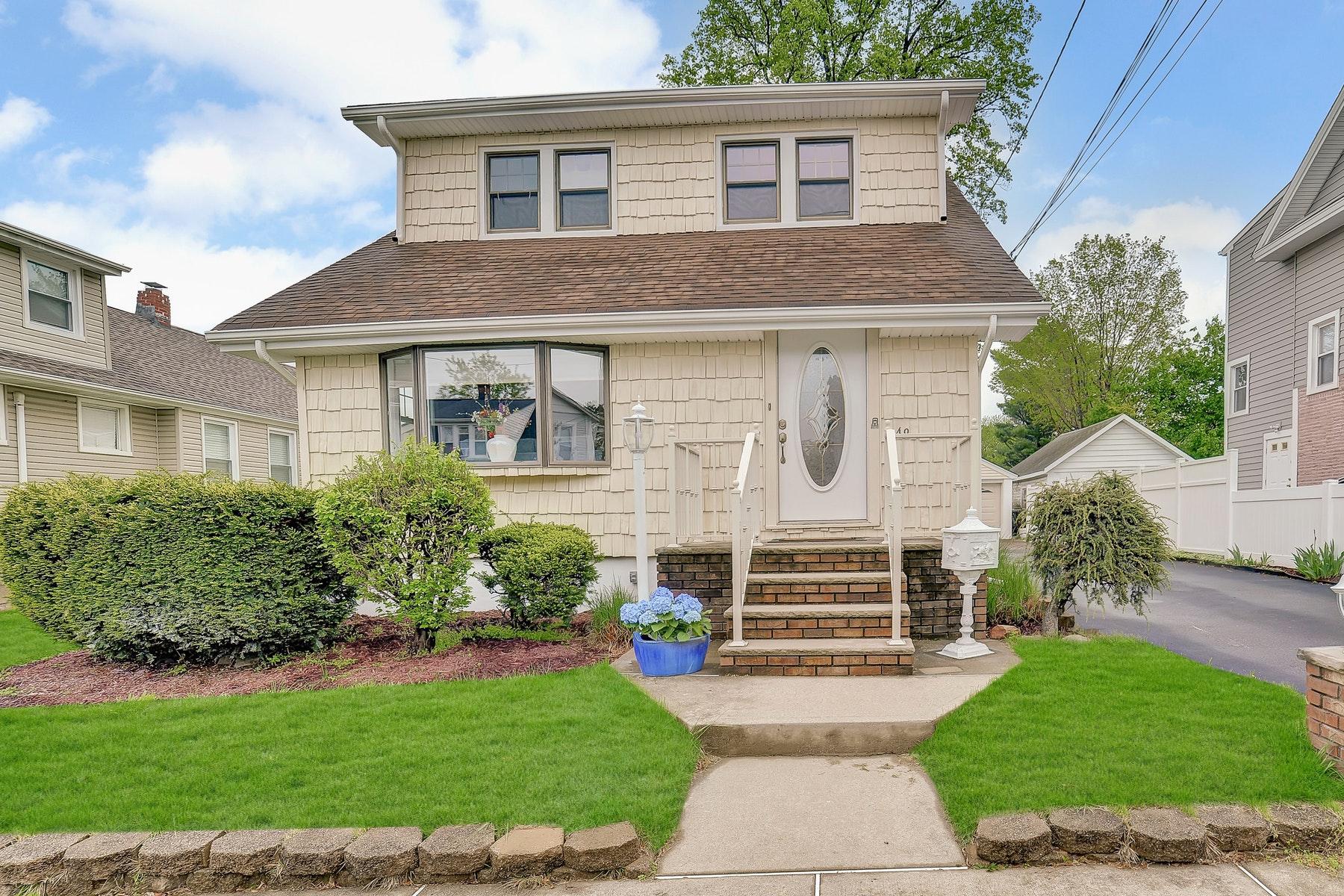 single family homes voor Verkoop op Charming Renovated Colonial 49 Orange Ave, Elmwood Park, New Jersey 07407 Verenigde Staten
