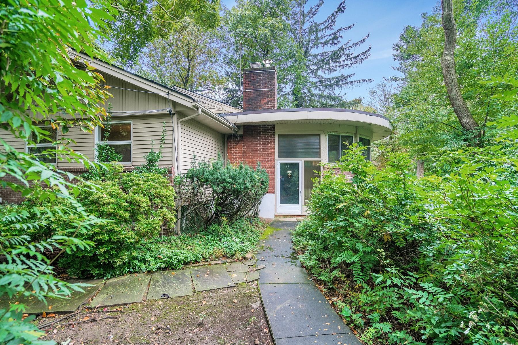 Частный односемейный дом для того Продажа на Expanded Raised Ranch On Lush Corner Property 285 Hardenburgh Avenue, Demarest, Нью-Джерси 07627 Соединенные Штаты