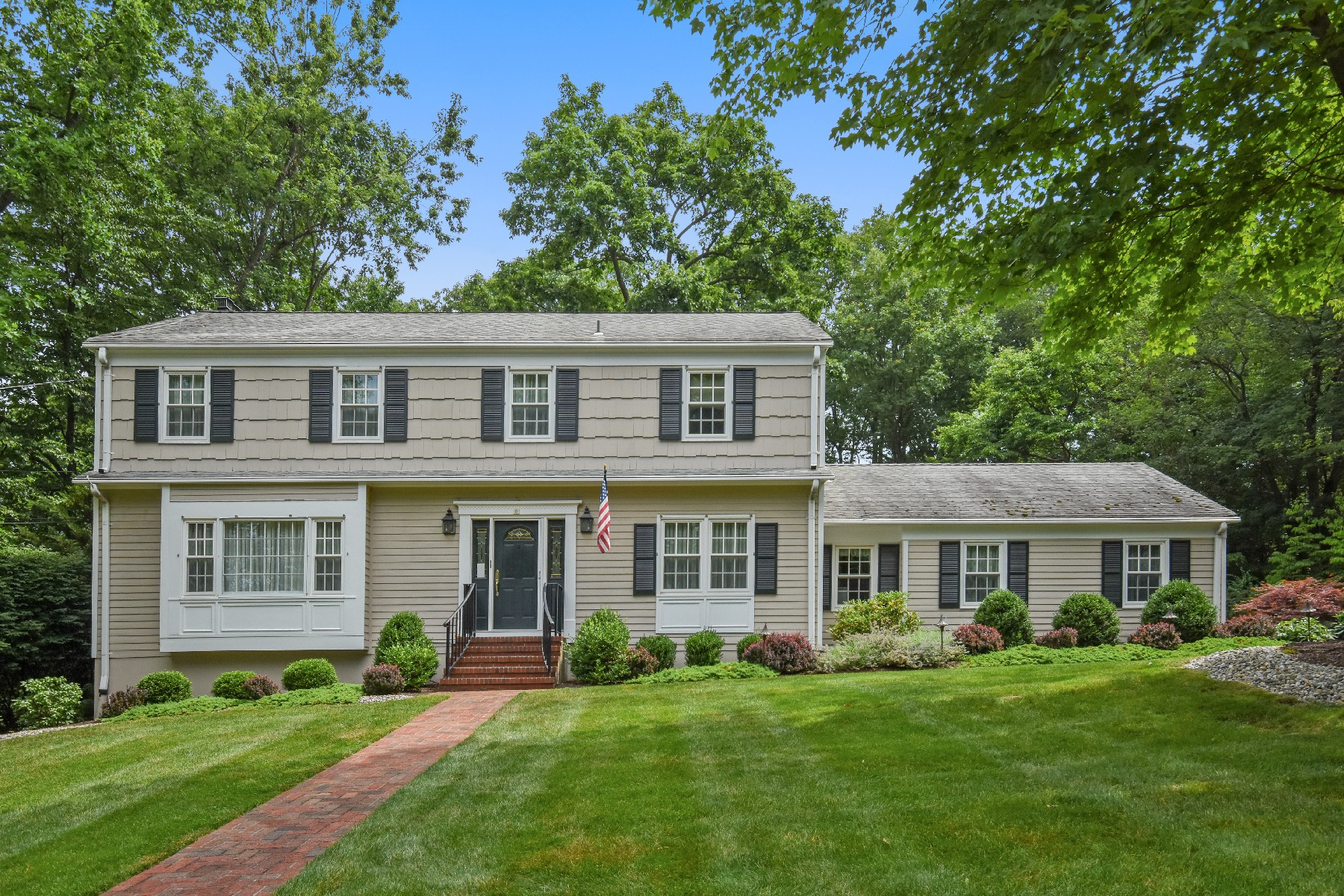 Single Family Homes 为 销售 在 Classic N. Caldwell Colonial 6 Canterbury Drive, 北考德维尔, 新泽西州 07006 美国