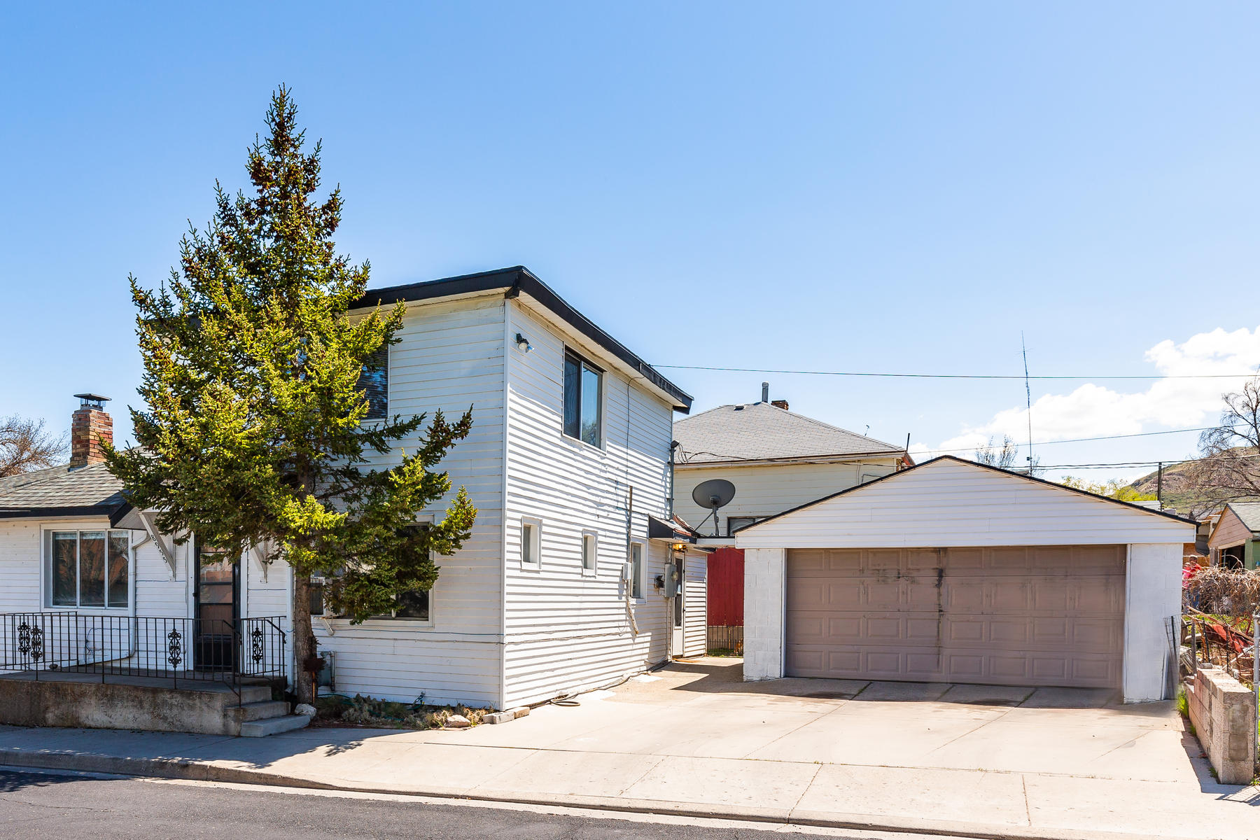 Single Family Homes 용 매매 에 Two-Story Bungalow in Magna 8955 West 3100 South, Magna, 유타 84044 미국