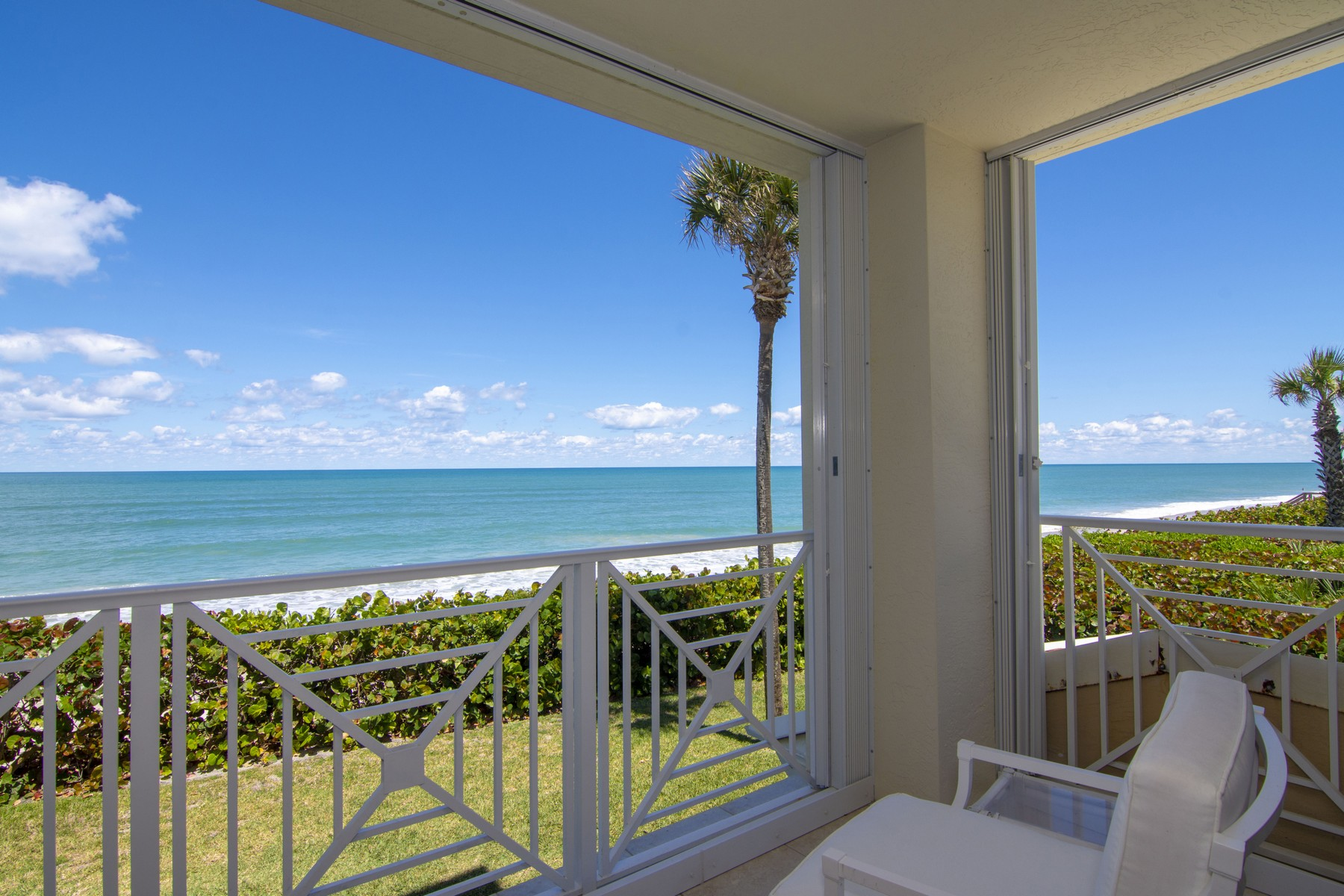 Property por un Venta en Spectacular Oceanfront Condo 8890 N SEA OAKS WAY #102 Vero Beach, Florida 32963 Estados Unidos