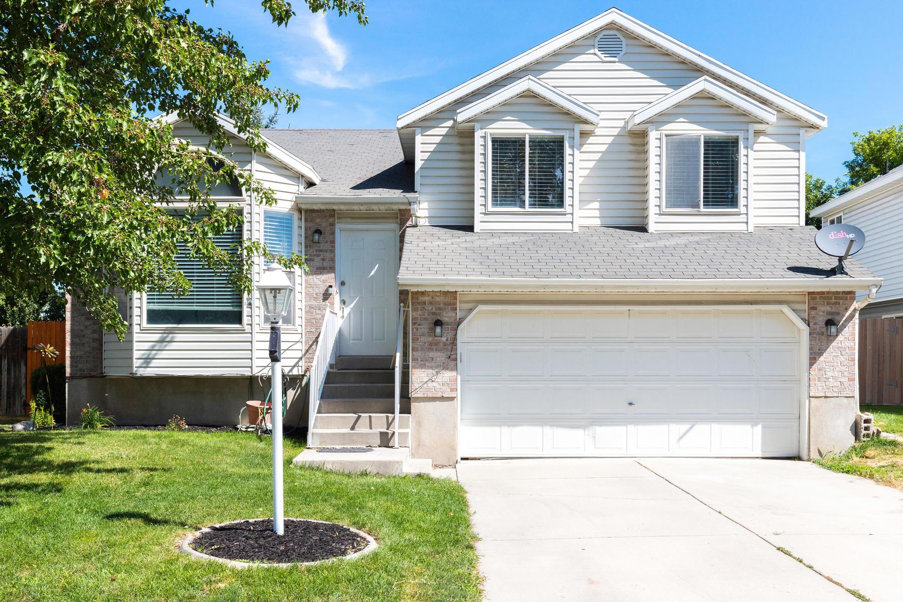 Single Family Homes för Försäljning vid Beautifully Updated Home 1144 W Primavera Way, West Jordan, Utah 84084 Förenta staterna