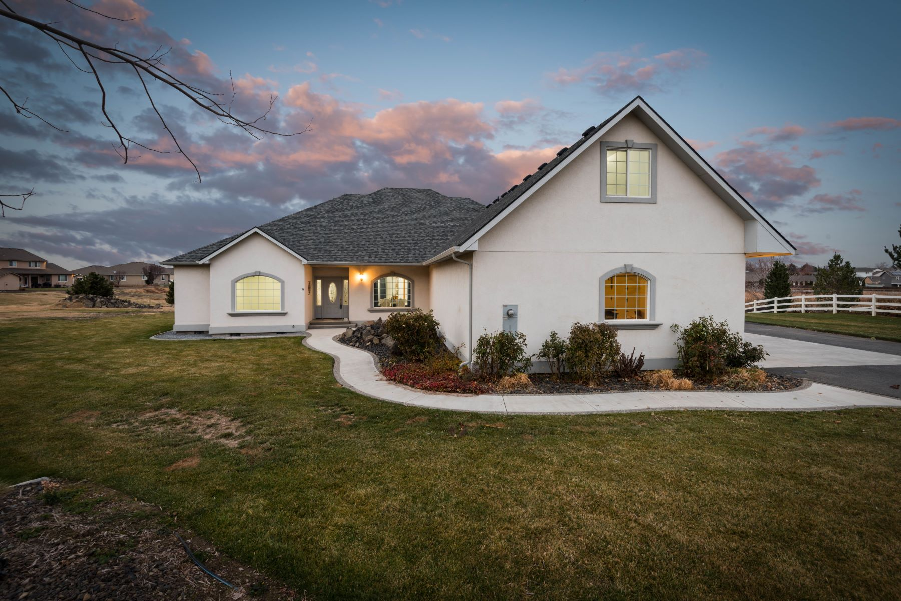 Single Family Homes for Sale at Spacious Rambler with Room for a Horse 5604 Glenbrook Loop Richland, Washington 99353 United States