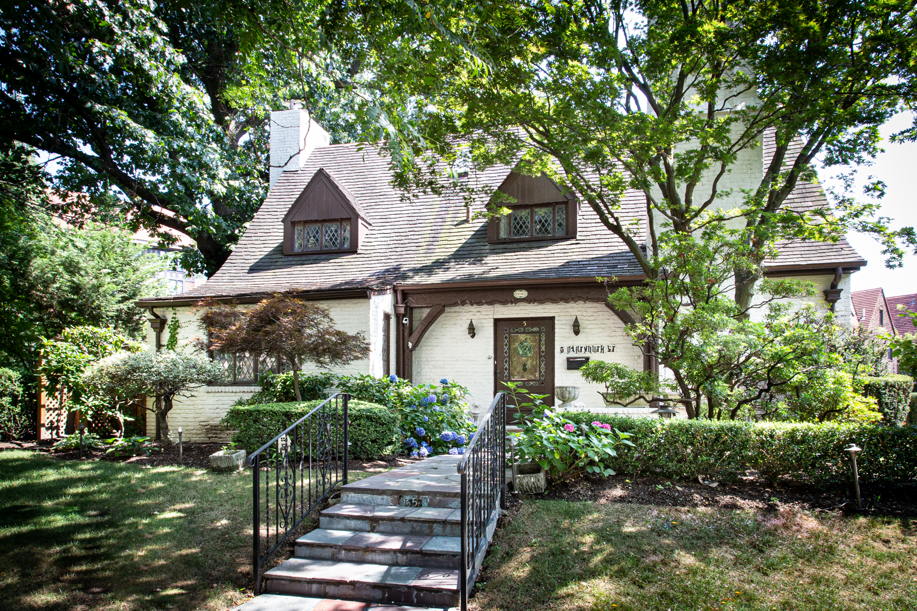 """Single Family Homes 為 出售 在 """"CAPTIVATING COTSWOLD COTTAGE"""" 5 Dartmouth Street, Forest Hills Gardens,, Forest Hills, 纽约 11375 美國"""